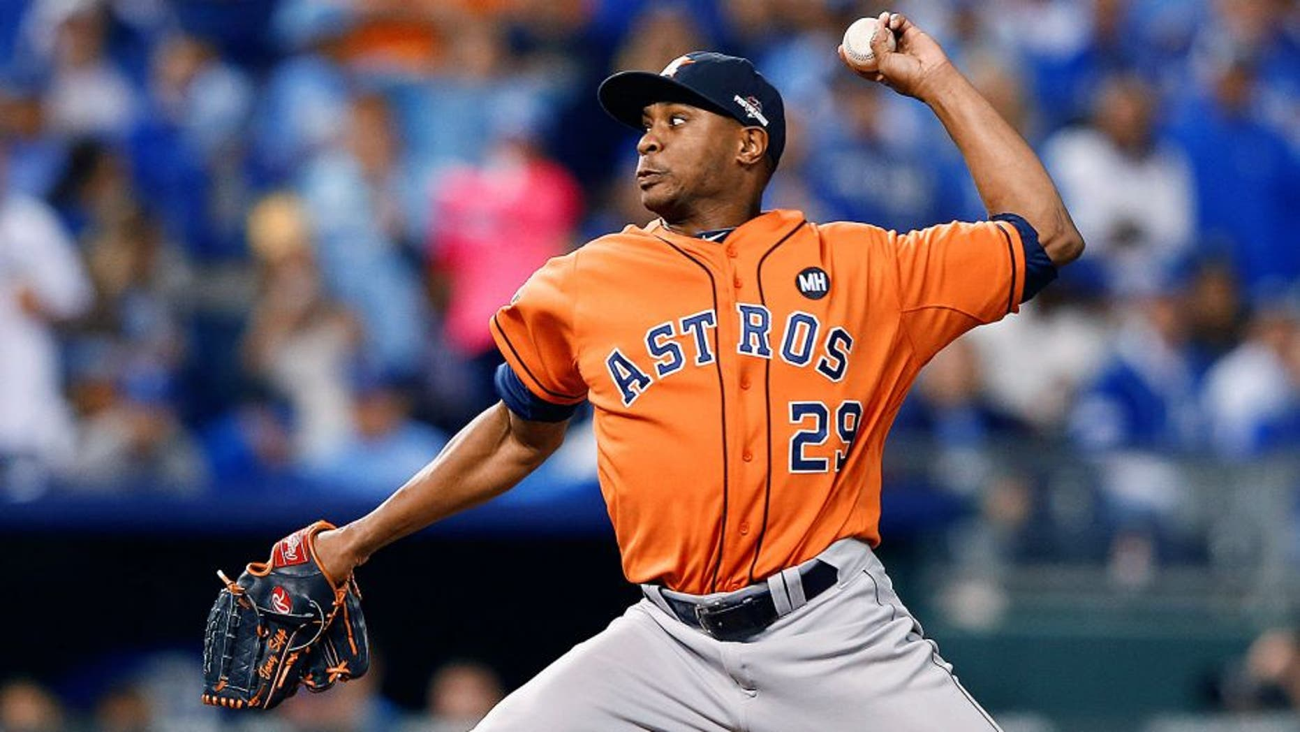 KANSAS CITY, MO - OCTOBER 14: Tony Sipp #29 of the Houston Astros throws a pitch in the sixth inning against the Kansas City Royals during game five of the American League Divison Series at Kauffman Stadium on October 14, 2015 in Kansas City, Missouri. (Photo by Jamie Squire/Getty Images)
