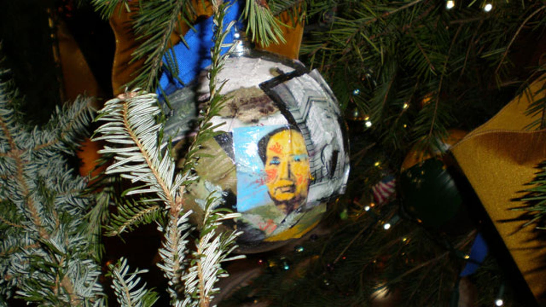 white house christmas decor featuring mao zedong comes under fire - Obama Christmas Decorations