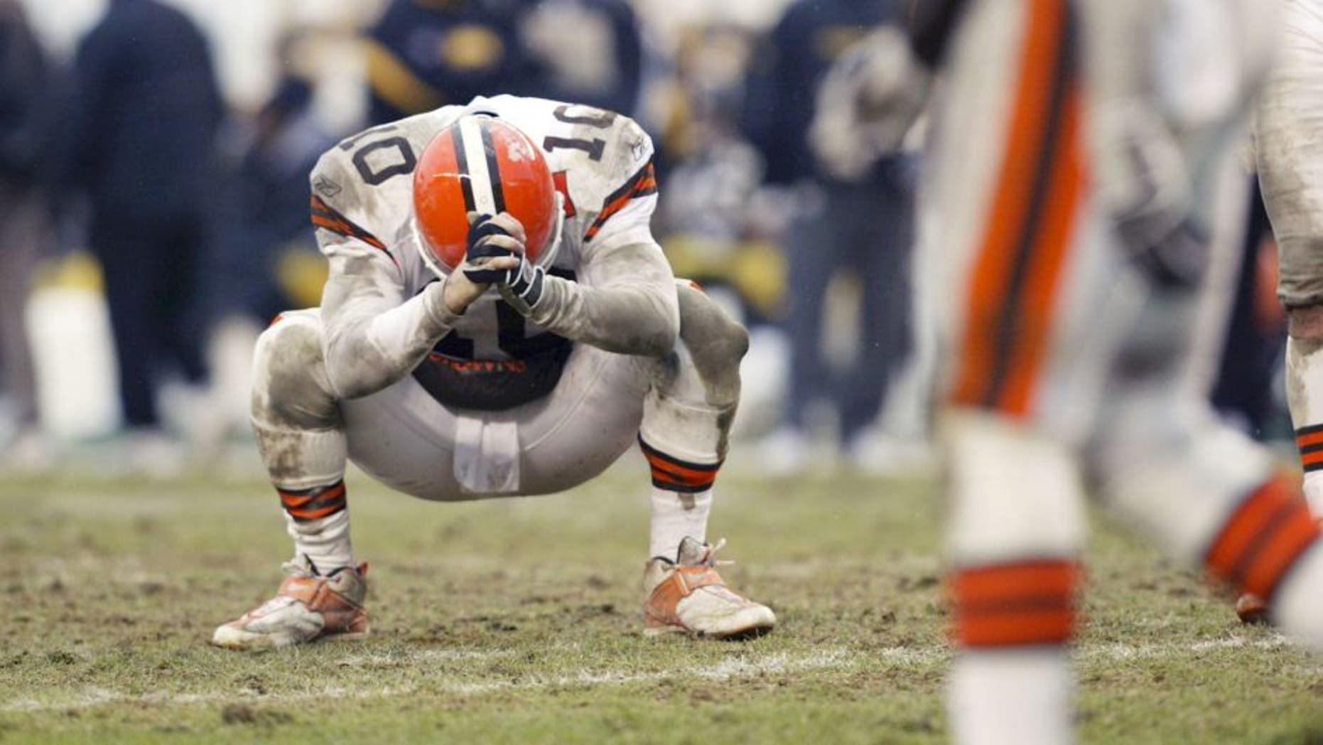 PITTSBURGH - JANUARY 5: Kelly Holcomb #10 of the Cleveland Browns looks down in frustration after an incomplete pass late in the game against the Pittsburgh Steelers during the AFC Wild Card game on January 5, 2002 at Heinz Field in Pittsburgh, Pennsylvania. The Steelers won 36-33. (Photo by Andy Lyons/Getty Images)