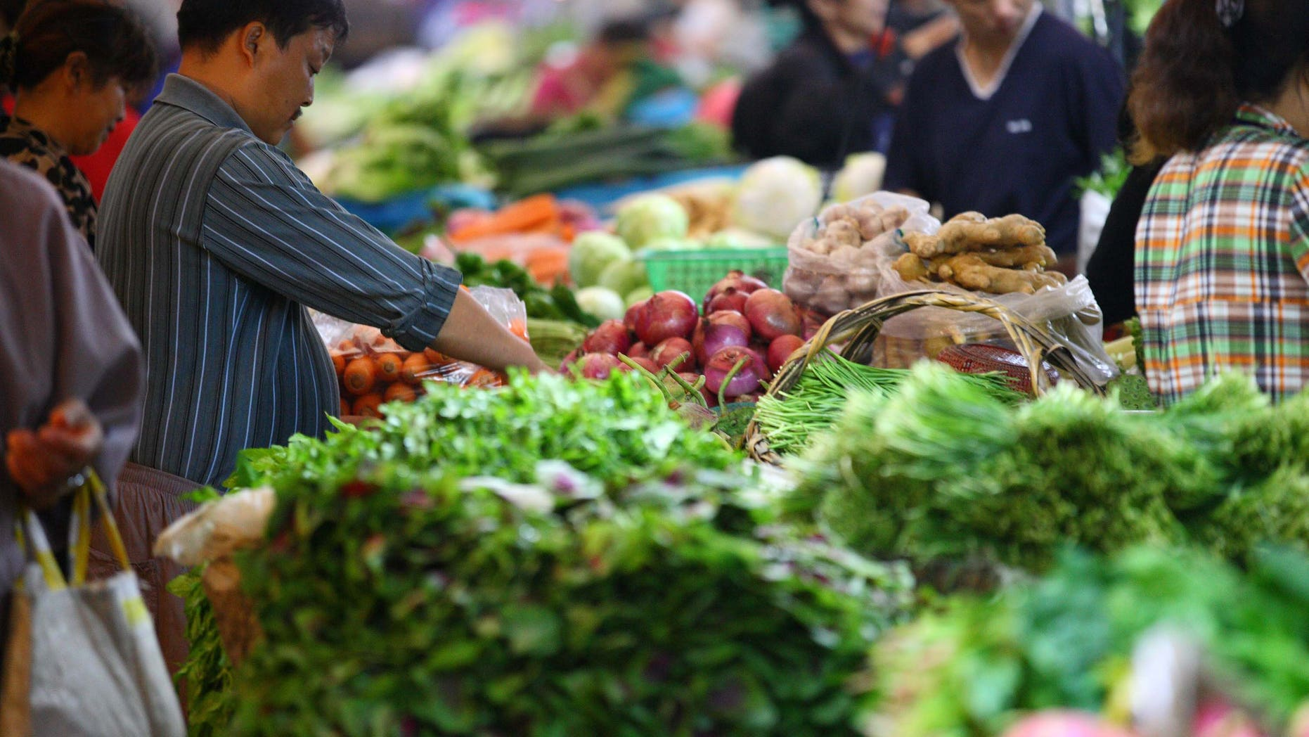 NANJING, CHINA - SEPTEMBER 09:  (CHINA OUT) People are seen shopping in a supermarket  on September 9, 2011 in Nanjing, Jiangsu Province of China. The consumer price index (CPI), a main gauge of inflation, has reached 6.2 percent in August.  (Photo by ChinaFotoPress/Getty Images)