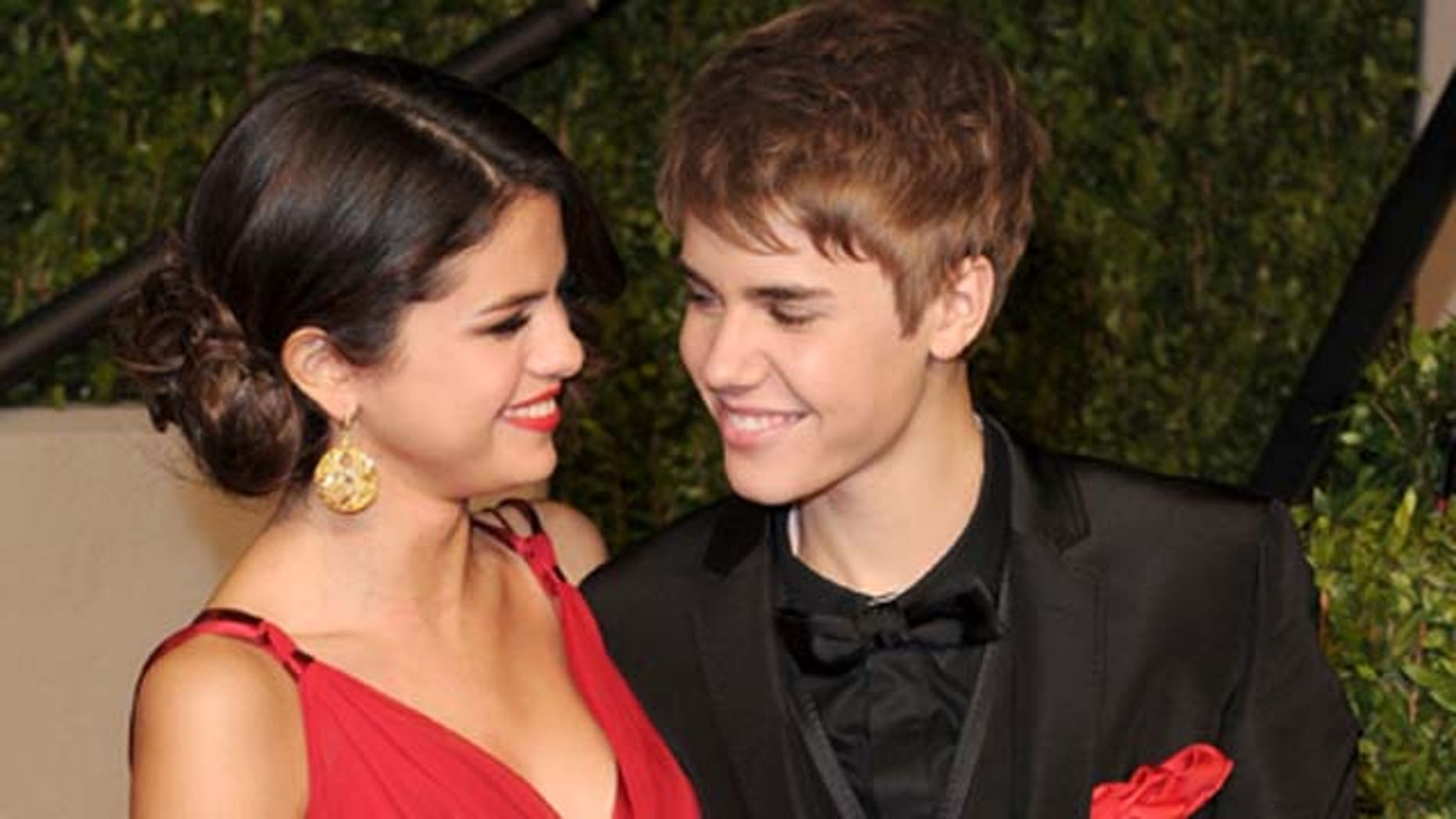 WEST HOLLYWOOD, CA - FEBRUARY 27:  Singer/actress Selena Gomez and singerJustin Bieber arrive at the Vanity Fair Oscar party hosted by Graydon Carter held at Sunset Tower on February 27, 2011 in West Hollywood, California.  (Photo by Craig Barritt/Getty Images)