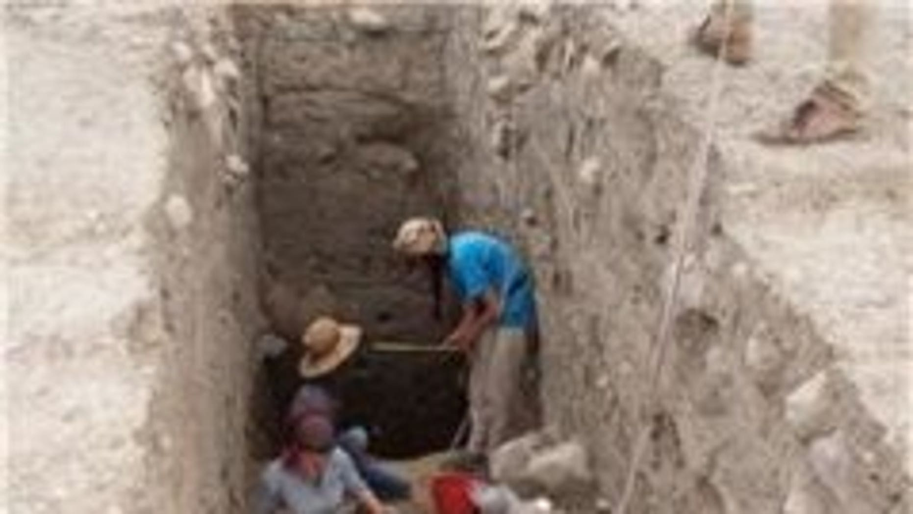 Excavating down to the Bronze Age layers in the upper part of Bassetki. (P. Pfälzner)