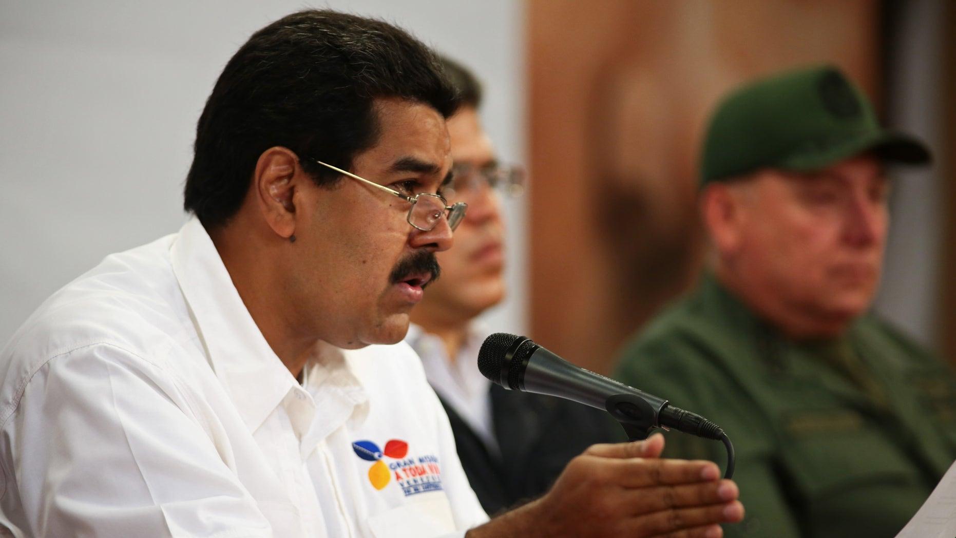 En la foto suministrada por el gobierno venezolano, el vicepresidente Nicolás Maduro informa sobre la salud del presidente Hugo Chávez y comunica que expulsaron a dos agregados militares de Estados Unidos acusándolos de conspiración en Caracas, Venezuela, el martes 5 de marzo de 2013. Maduro anunció horas después la muerte de Chávez debido al cáncer que padecía desde 2011.(AP foto/Miraflores. Oficina de prensa de la presidencia)
