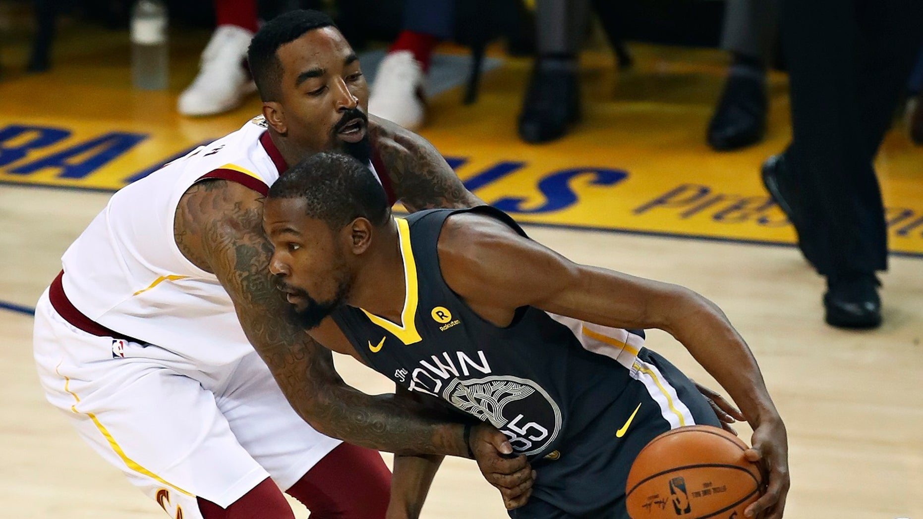 J.R. Smith received a standing ovation at from Golden State Warriors fans during Game 2 of the NBA Finals Sunday night at Oracle Arena.