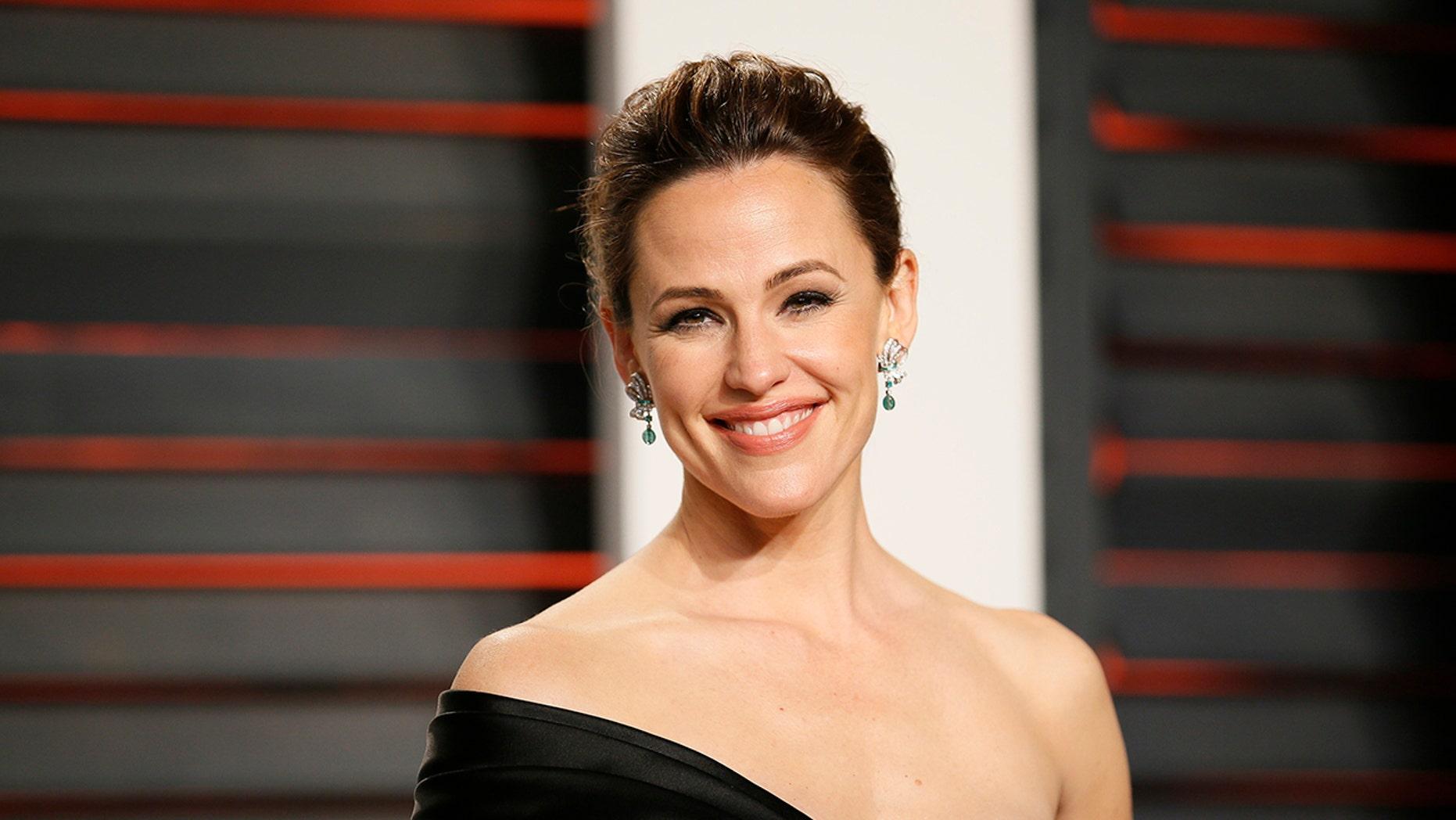 Actress Jennifer Garner arrives at the Vanity Fair Oscar Party in Beverly Hills, California February 28, 2016.  REUTERS/Danny Moloshok - TB3EC2T0GR33K