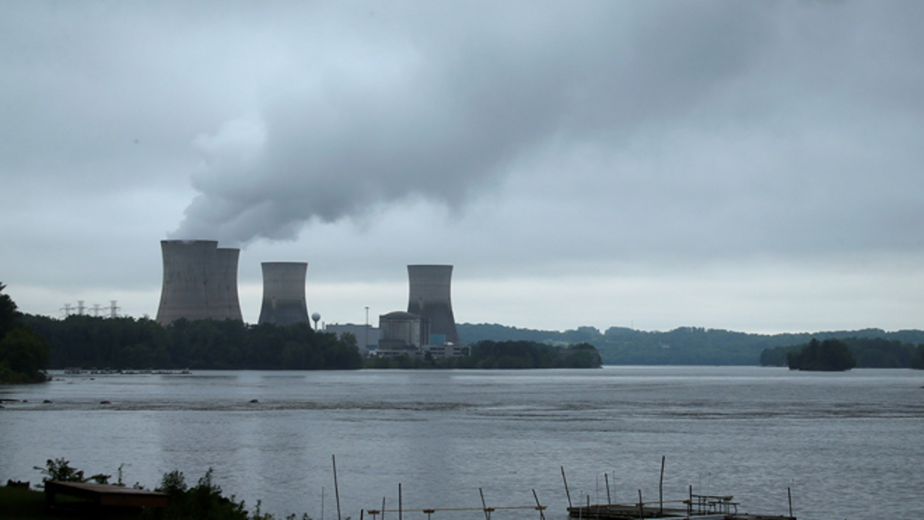The Three Mile Island Nuclear power plant is pictured from Royalton, Pennsylvania, U.S. May 30, 2017.   REUTERS/Carlo Allegri - RTX38APO