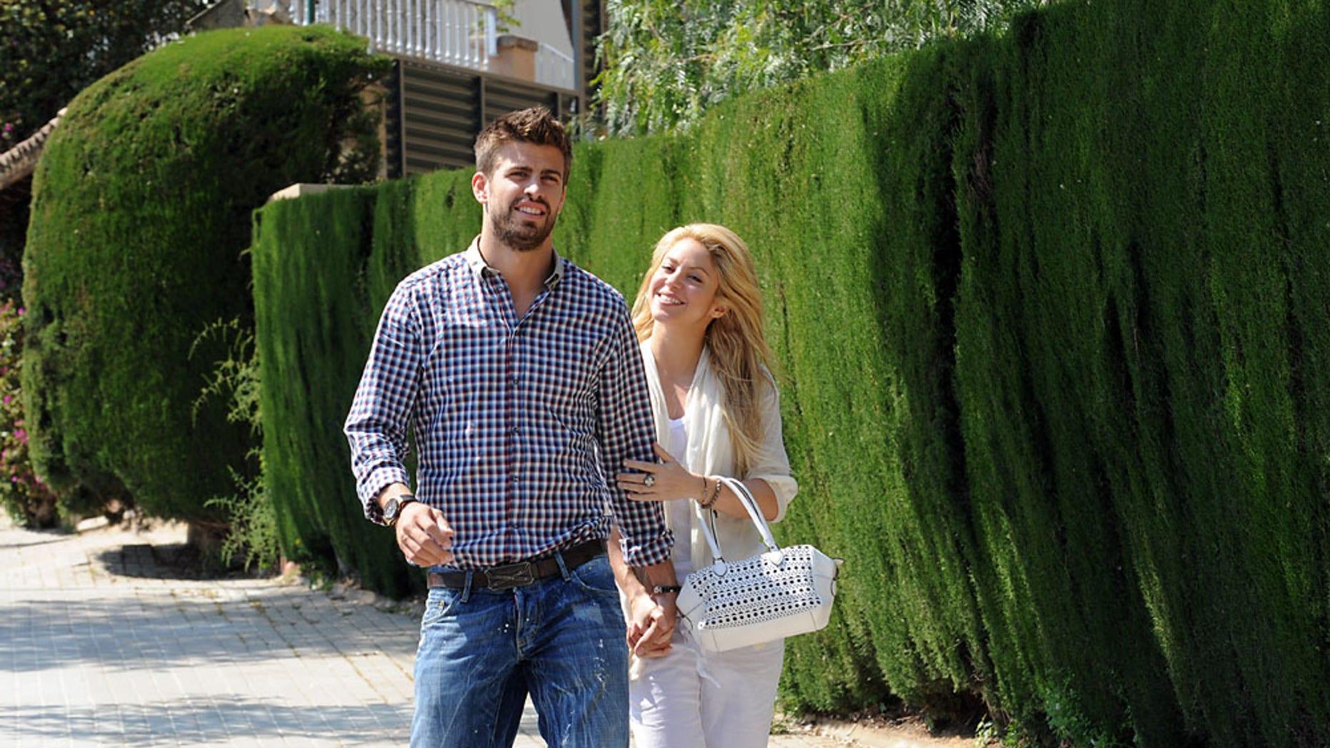 Photos © 2011 The Grosby Group -15/04/2011BarcelonaEl amor de Shakira y Pique no tiene limite. Aunque la pareja suele disimular en publico, parece que el hecho de que ya se haya confirmado su romance ha provocado que la pareja se relaje y se muestre de lo más carinosa en publico.(VIA)