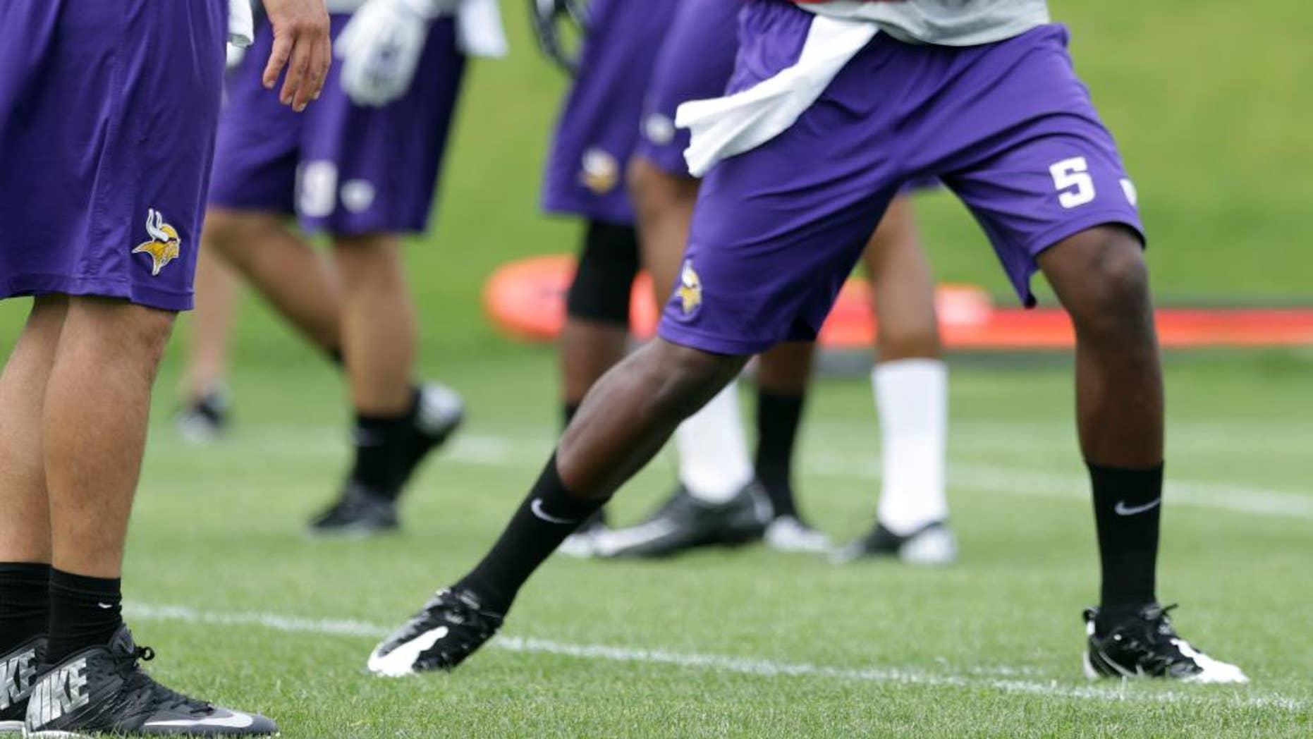 Minnesota Vikings quarterback Matt Cassel, left, watches as rookie quarterback Teddy Bridgewater throws during NFL football minicamp Wednesday, June 18, 2014, in Eden Prairie, Minn. (AP Photo/Jim Mone)