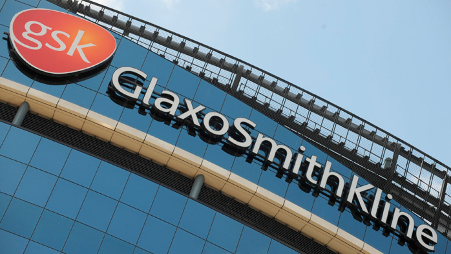 Signage is pictured on the company headquarters of GlaxoSmithKline in west London July 21, 2008.  GlaxoSmithKline announce their half yearly results on Wednesday July 23.     REUTERS/Toby Melville       (BRITAIN) - RTR20E8O