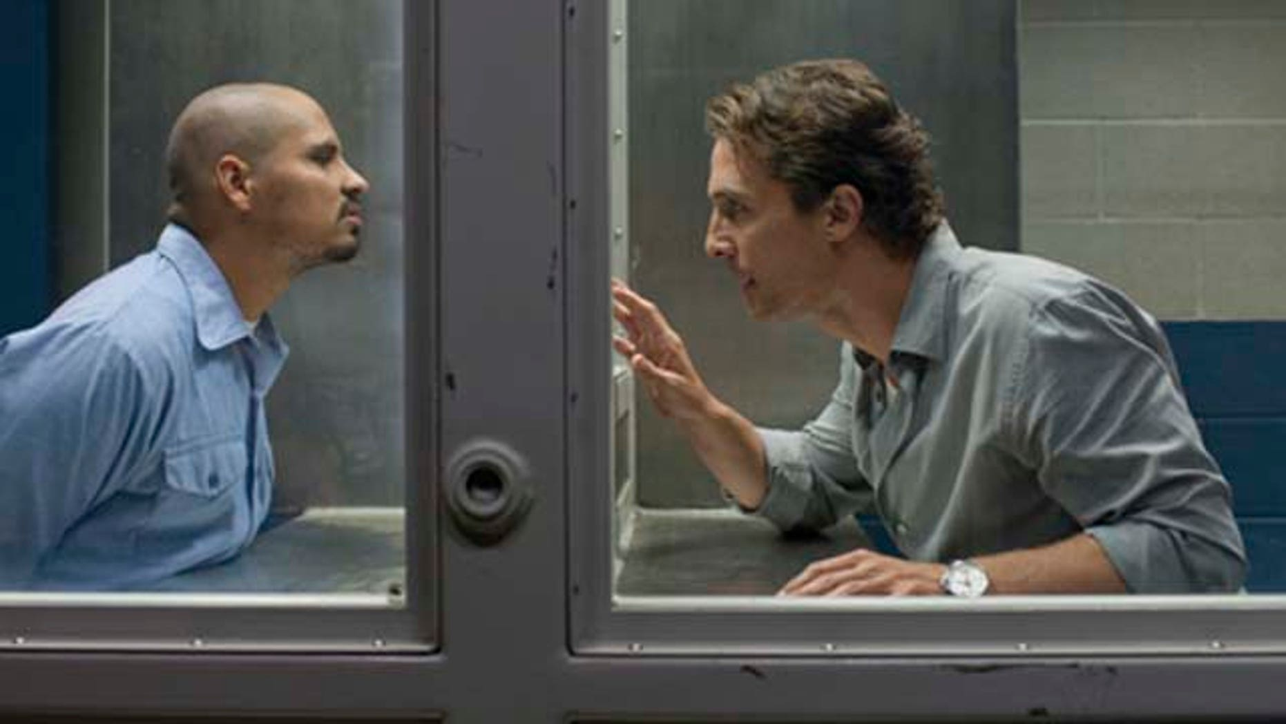 Jesus Martinez (Michael Peña, left) and Mick Haller (Matthew McConaughey, right) in  THE LINCOLN LAWYER.