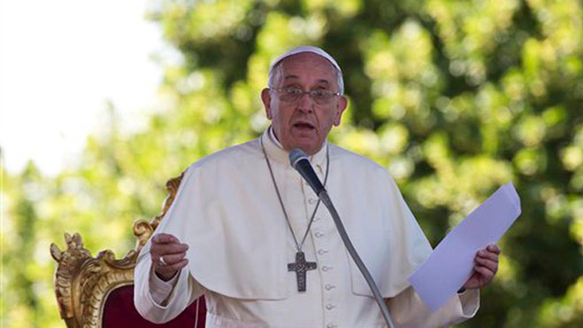 El papa Francisco lee un mensaje durante una reunión con jóvenes en el Santuario Madonna dell'Addolorata en Castelpetroso, cerca de Campobasso, en el sur de Italia, el sábado 5 de julio de 2014. (Foto AP/Alessandra Tarantino)