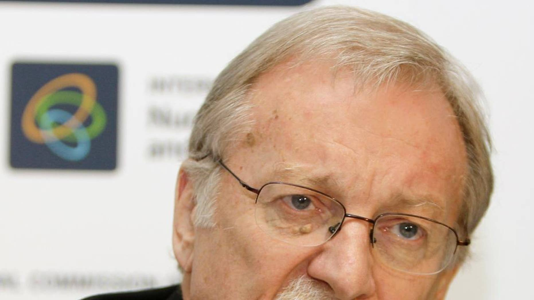 """FILE - In this Oct. 21, 2008, file photo, Gareth Evans, former Australian Foreign Minister, speaks to reporters in Sydney. Evans on Thursday, April 13, 2017, called Donald Trump the most """"psychologically ill-equipped president"""" in U.S. history, and called on Australia to distance itself from the United States in favor of forging closer ties with China. (AP Photo/Rick Rycroft, File)"""