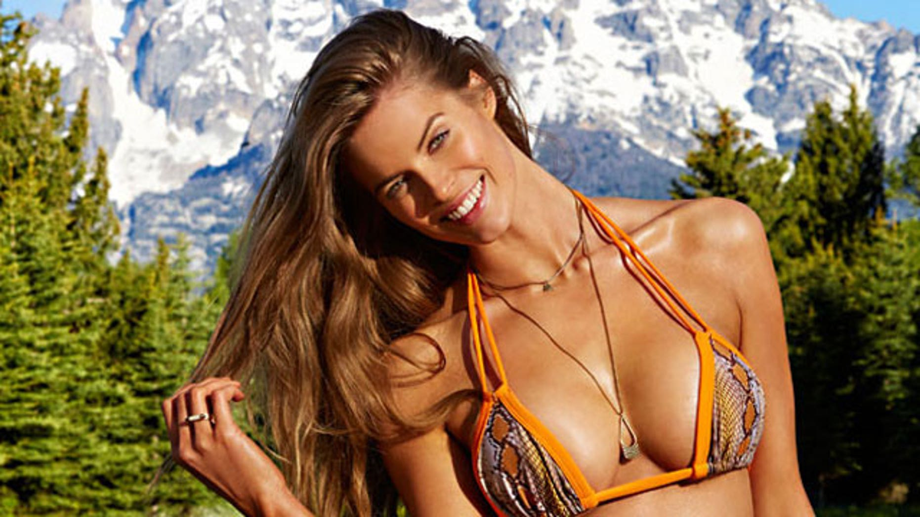 Robin Lawley is the First Plus-Size Model to Appear in SportsIllustrated