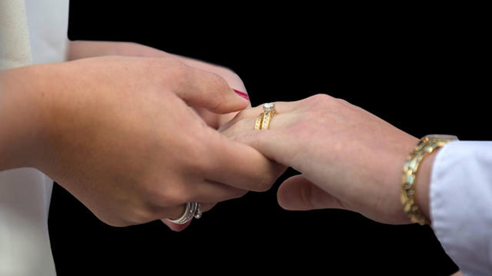 Same-sex couples in Tennessee have the same rights as heterosexual couples who have children born through artificial insemination, a judge ruled.