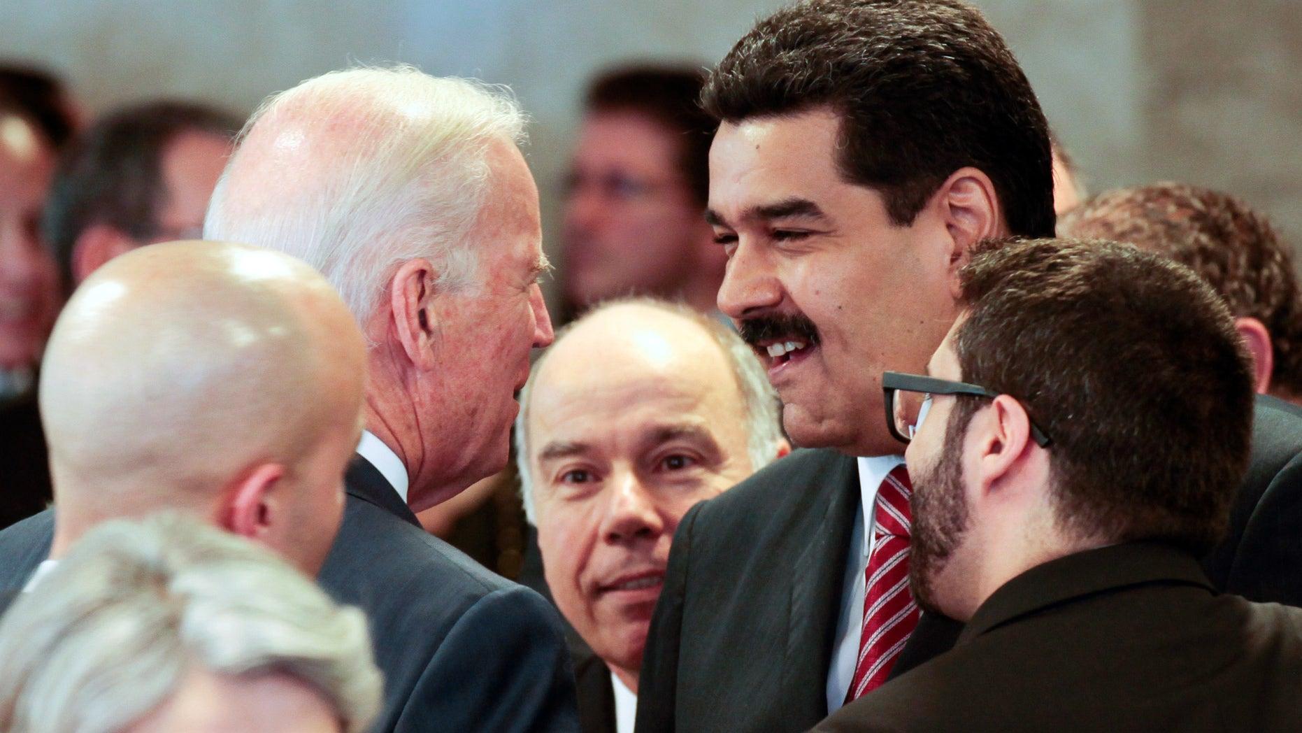 En esta fotografía proporcionada por la oficina de prensa de la presidencia venezolana, el presidente de Venezuela Nicolás Maduro, derecha, habla con el vicepresidente estadounidense Joe Biden en el marco de la ceremonia de juramentación de la reelecta presidenta brasileña Dilma Rousseff, el jueves 1 de enero de 2015, en Brasilia, Brasil. (Foto AP/Miguel Angulo, Oficina Presidencial Miraflores)