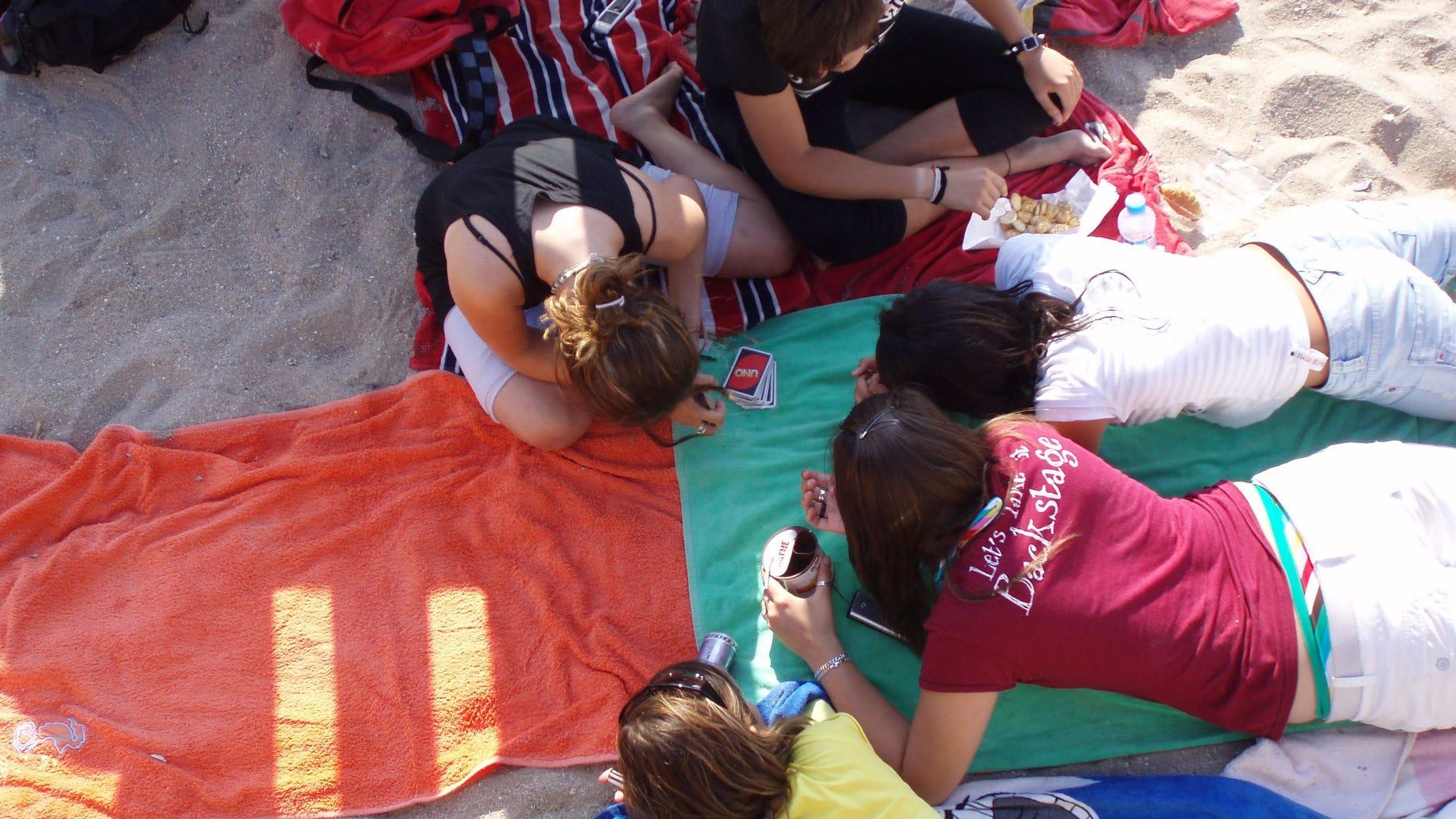 06.07.2007.La Escala.Costa Brava.España.Chicas adolescentes jugando en la playa.©Quim Llenas/COVER