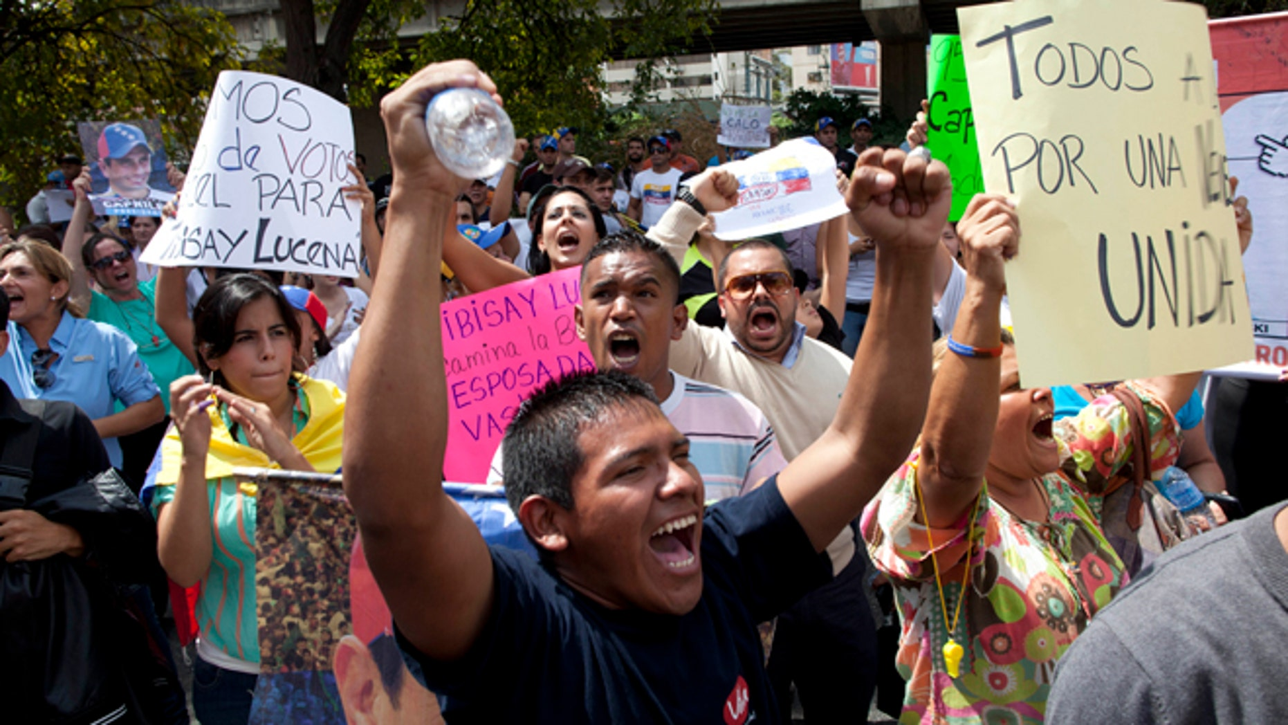 Opposition supporters protest the official results of the presidential election in Caracas, Venezuela, Monday, April 15, 2013. Hugo Chavez's hand-picked successor, Nicolas Maduro, won a razor-thin victory in Sunday's special presidential election but the opposition candidate Henrique Capriles refused to accept the result and demanded a full recount .(AP Photo/Ramon Espinosa)