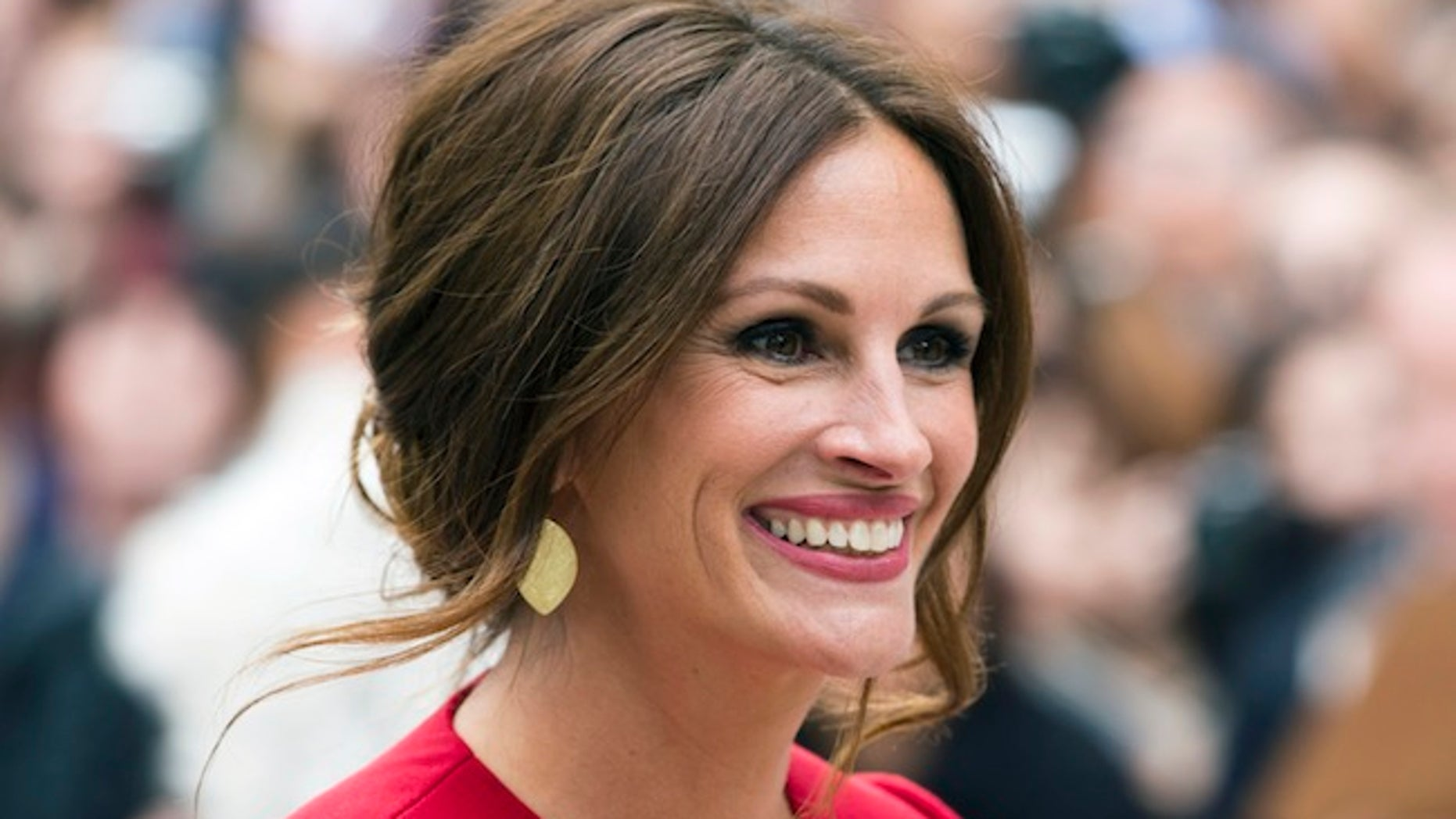 """Cast member Julia Roberts arrives for the """"August: Osage County"""" screening at the 38th Toronto International Film Festival in Toronto, September 9, 2013.    REUTERS/Mark Blinch (CANADA - Tags: ENTERTAINMENT) - RTX13EVR"""