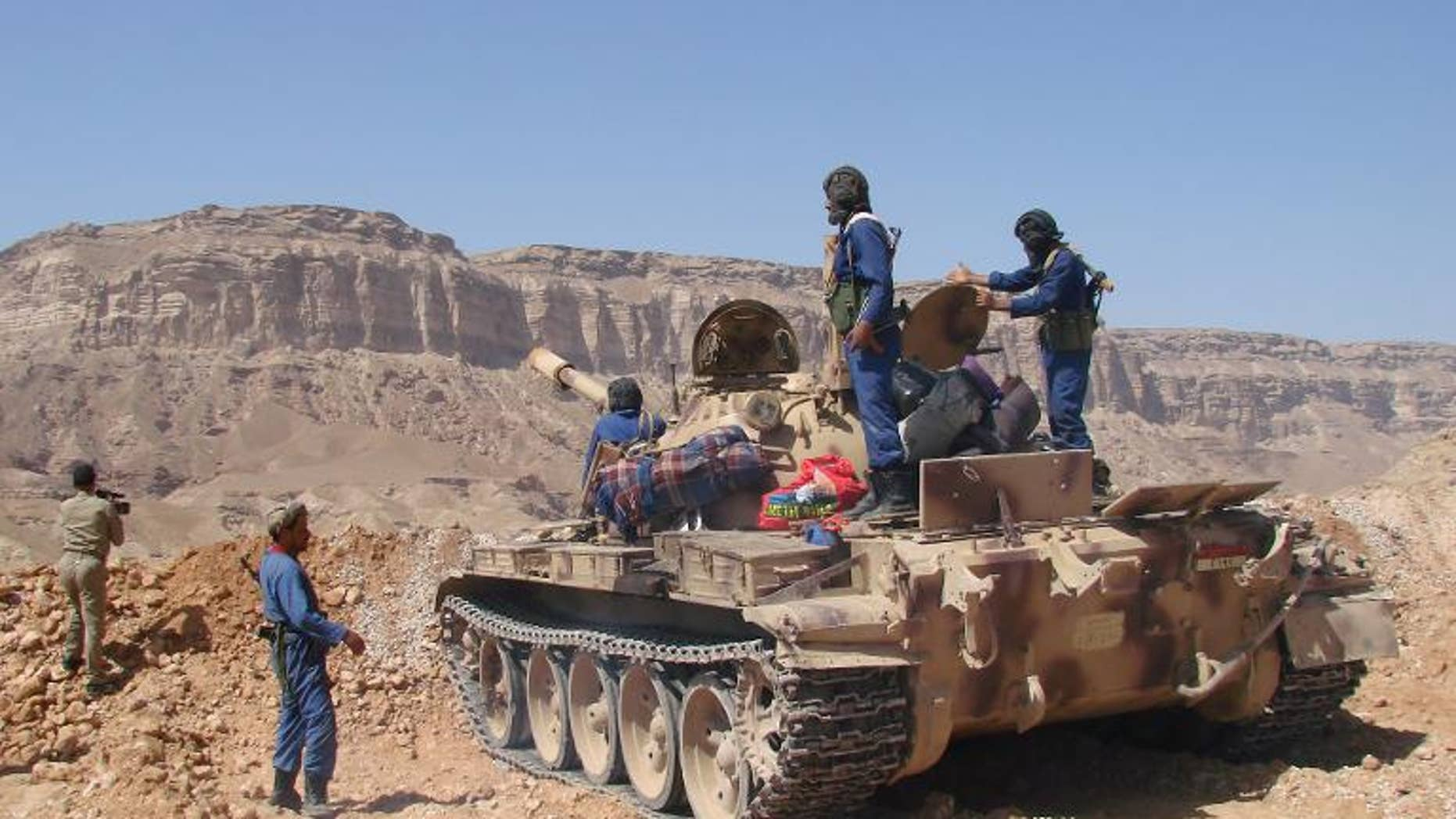 Yemeni army troops take position on September 27, 2010 on the hills overlooking the southern town of Huta