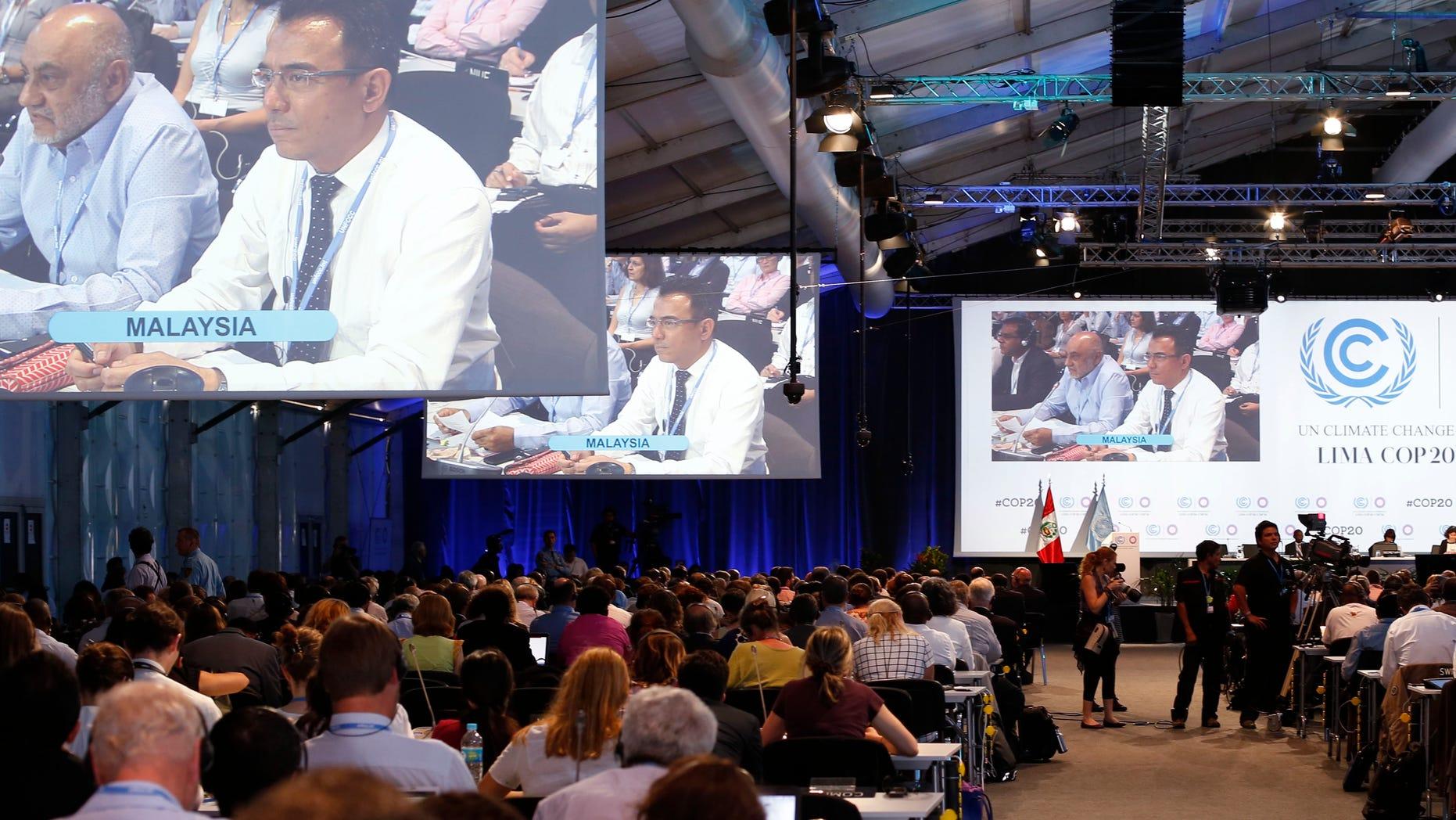 Delegados en la conferencia sobre cambio climático de Naciones Unidas en Lima, Perú, el 11 de diciembre de 2014. Los delegados aprobaron un acuerdo el domingo 14 de diciembre tras un estancameinto de las negociaciones cuando los países en desarrollo rechazaron el primer borrador. (AP Photo/Juan Karita)