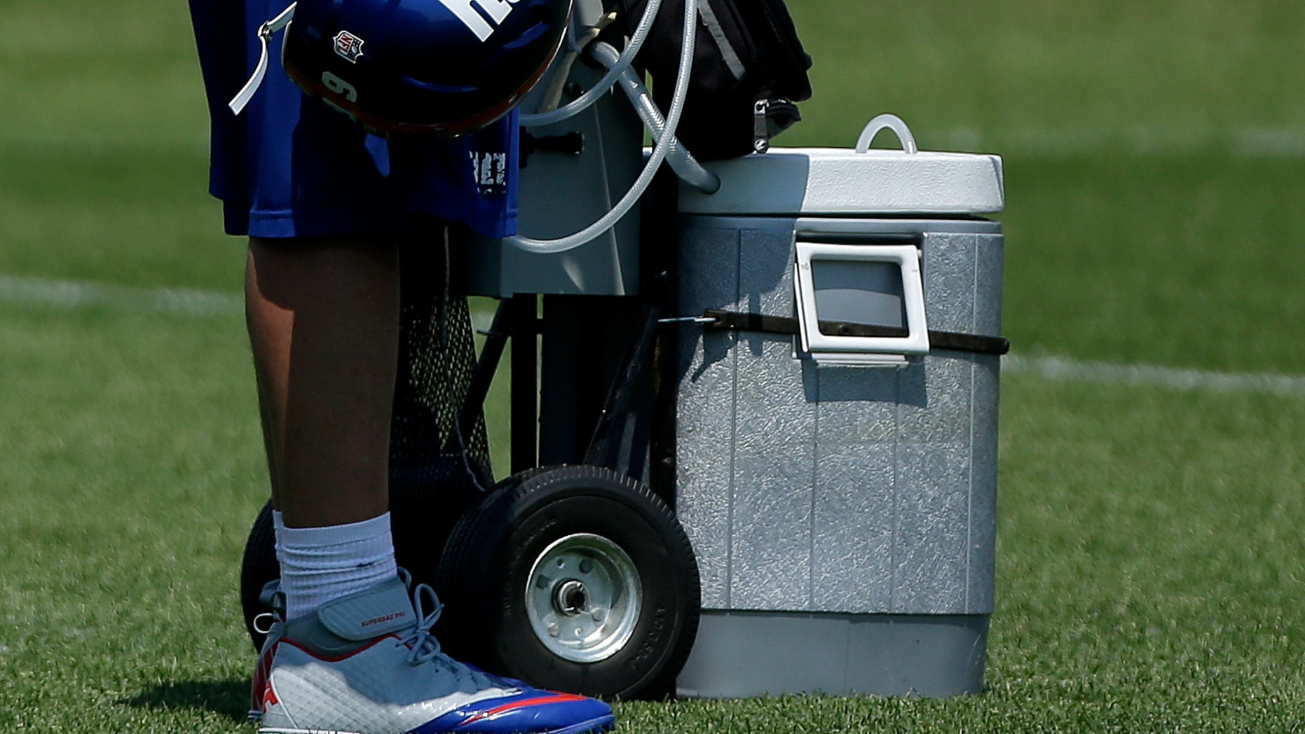 New York Giants' David Diehl wipes his head with a towel during NFL football practice, Thursday, May 30, 2013, in East Rutherford, N.J. (AP Photo/Julio Cortez)