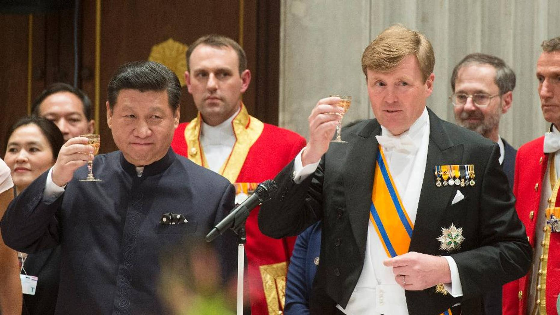China's President Xi Jinping, left, and Dutch King Willem Alexander, right, propose a toast during the official state banquet at the royal palace in Amsterdam, Netherlands, Saturday March 22, 2014. Xi is on a two-day state visit ahead of the March 24 and 25 Nuclear Security Summit in The Hague. (AP Photo/Toussaint Kluiters, Pool)