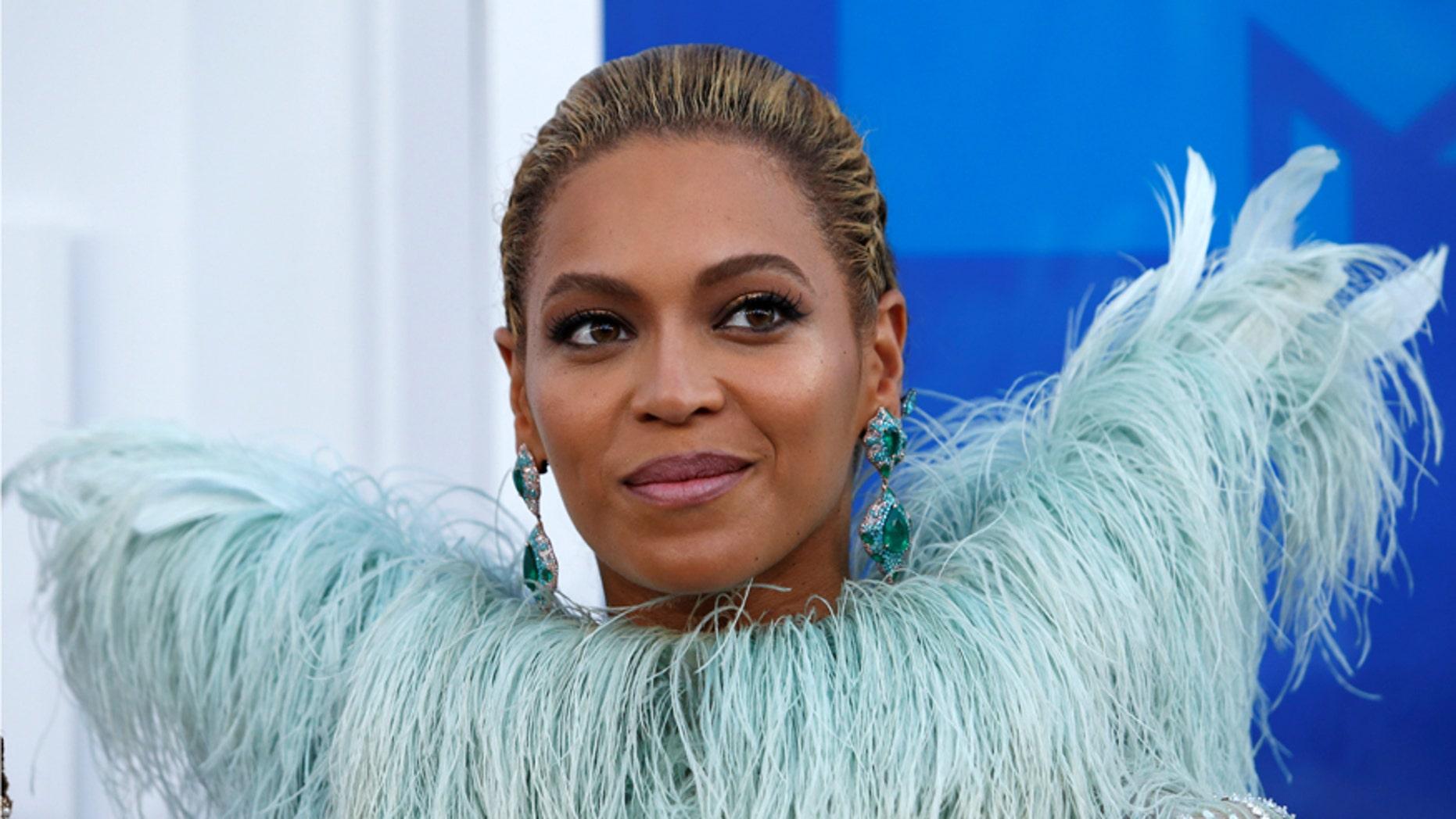 Singer Beyonce arrives at the 2016 MTV Video Music Awards in New York, U.S., August 28, 2016.  REUTERS/Eduardo Munoz/File Photo - RTSPNH0