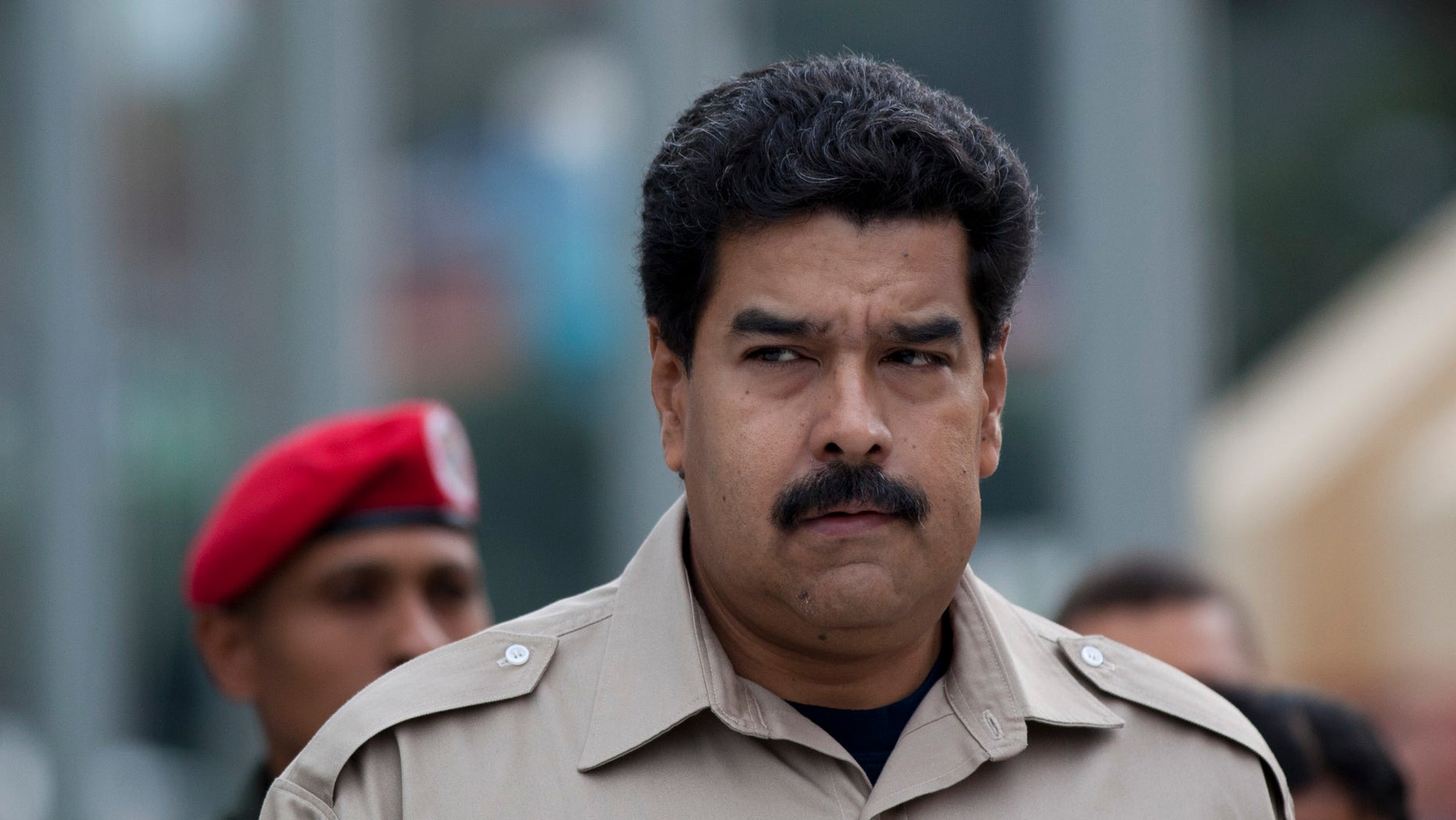En imagen del martes 5 de noviembre de 2013, el presidente venezolano Nicolás Maduro llega al museo militar para visitar la tumba de su antecesor Hugo Chávez en Caracas. El mandatario ordenó a las autoridades tomar control de la cadena de tiendas Daka, a cuyos propietarios acusa de especular. (Foto de AP/Ariana Cubillos)