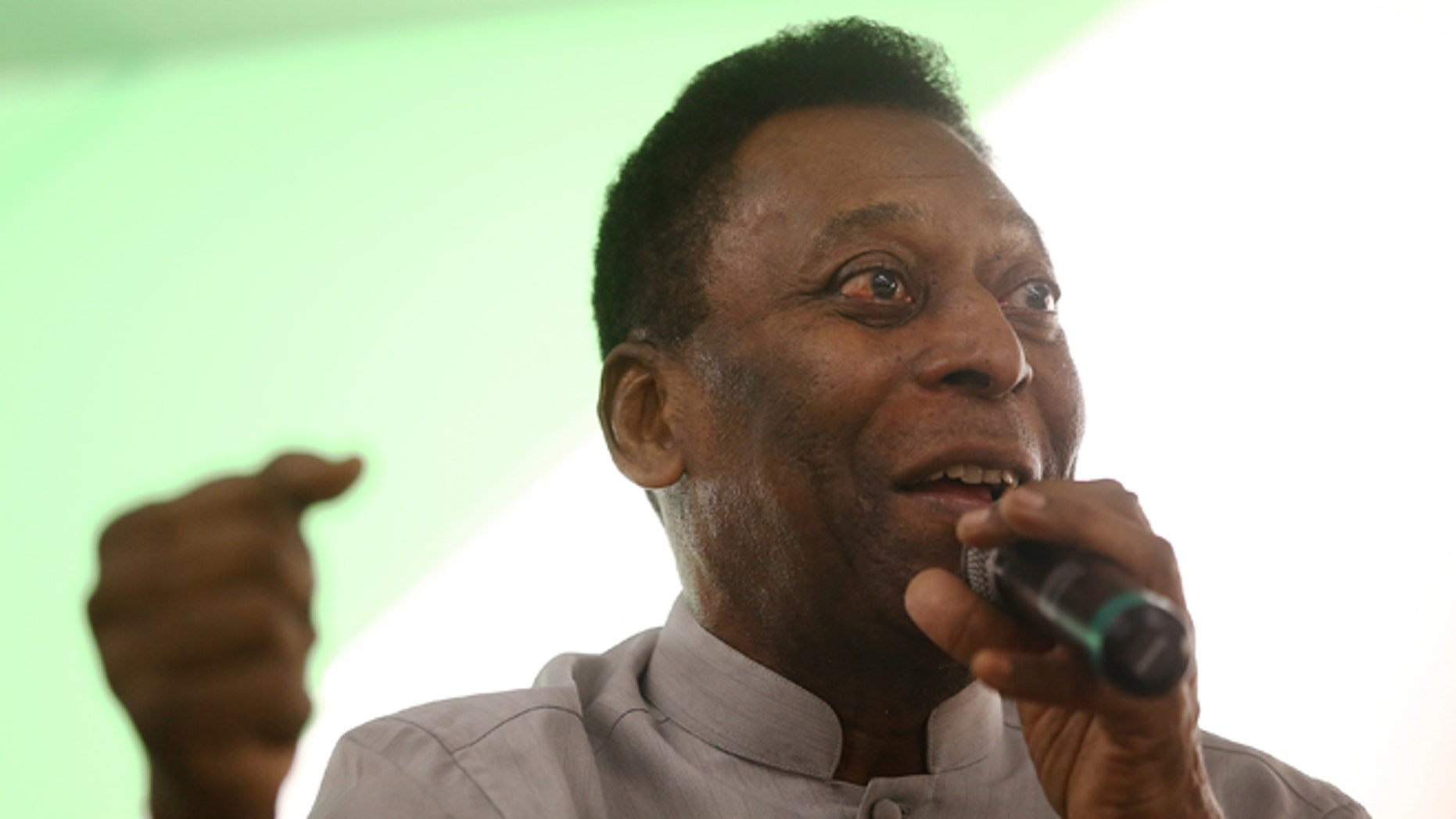 RIO DE JANEIRO, BRAZIL - MAY 15:  Brazilian soccer legend Pele speaks to customers in the Apple store on May 15, 2014 in Rio de Janeiro, Brazil. Pele and film director Anibal Neto spoke with customers about 'Pele Eterno', a documentary about Pele's life. The 2014 FIFA World Cup kicks off on June 12.  (Photo by Mario Tama/Getty Images)