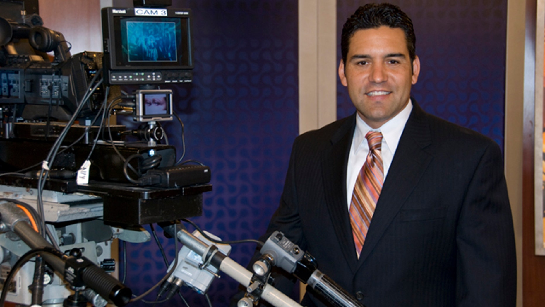 Rolando Nichols is a successful media entrepreneur who left a privileged position in Spanish media to achieve his very own American dream: create his own media production company, Centro Net Productions, based in Torrence, California.