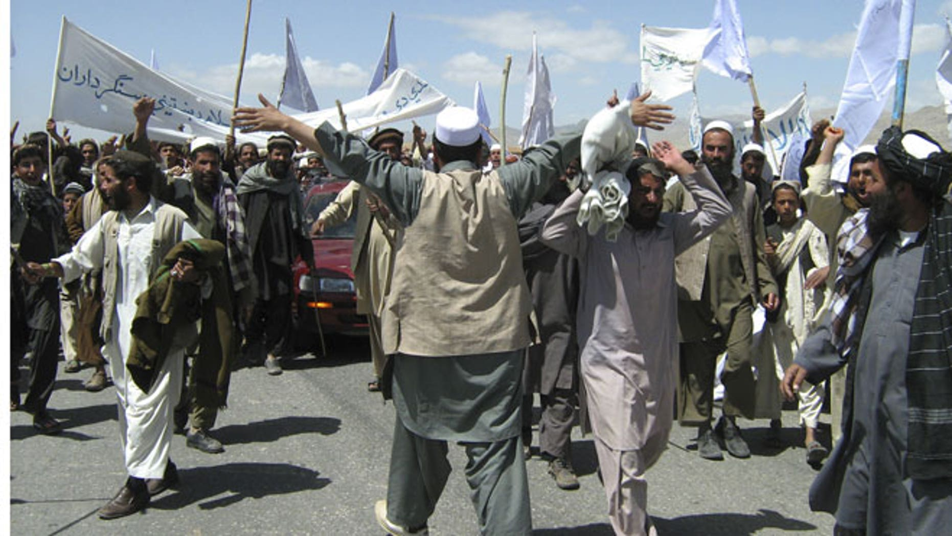 May 26, 2012: More than 1500 Afghans block the highway between Kabul and Kandahar in Seed Abad, Wardak province, Afghanistan. The protesters demanded a stop to military night operations.