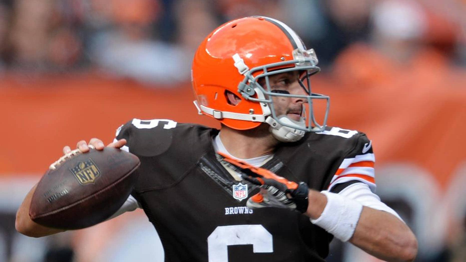 El quarterback Brian Hoyer de los Browns de Cleveland pasa el balón ante los Buccaneers de Tampa Bay, el domingo 2 de noviembre de 2014. (AP Foto/David Richard)