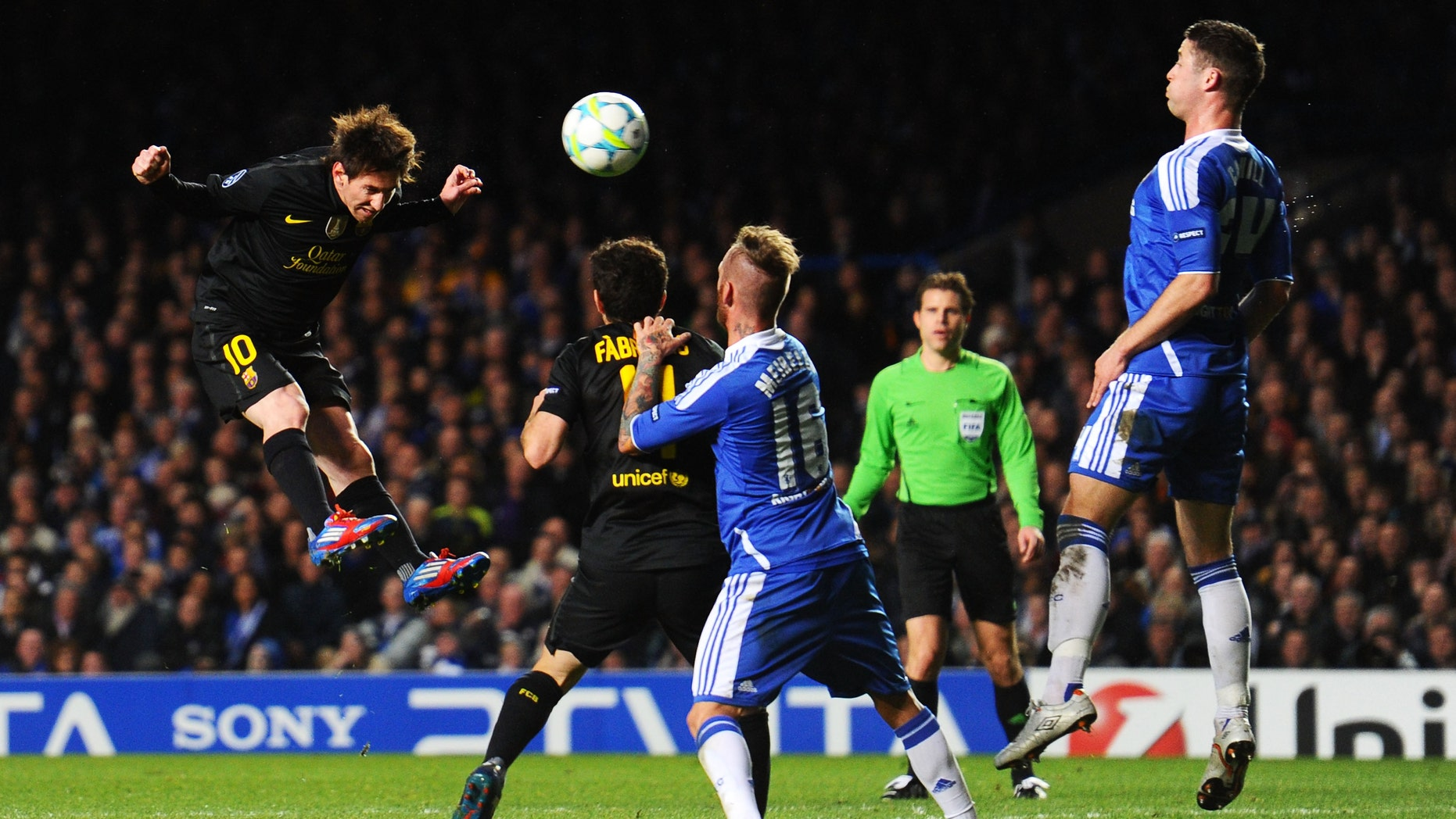 LONDON, ENGLAND - APRIL 18:  Lionel Messi (L) of Barcelona heads the ball towards the Chelsea goal during the UEFA Champions League Semi Final first leg match between Chelsea and Barcelona at Stamford Bridge on April 18, 2012 in London, England.  (Photo by Mike Hewitt/Getty Images)