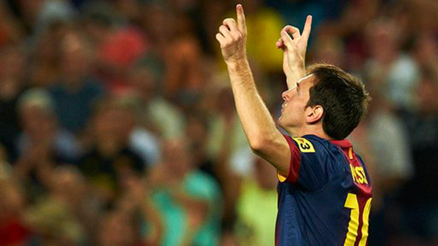 Lionel Messi tras marcar un gol para el Barcelona en el partido ante la Real Sociedad en la liga española el domingo 19 de agosto de 2012. (AP Foto/Siu Wu)