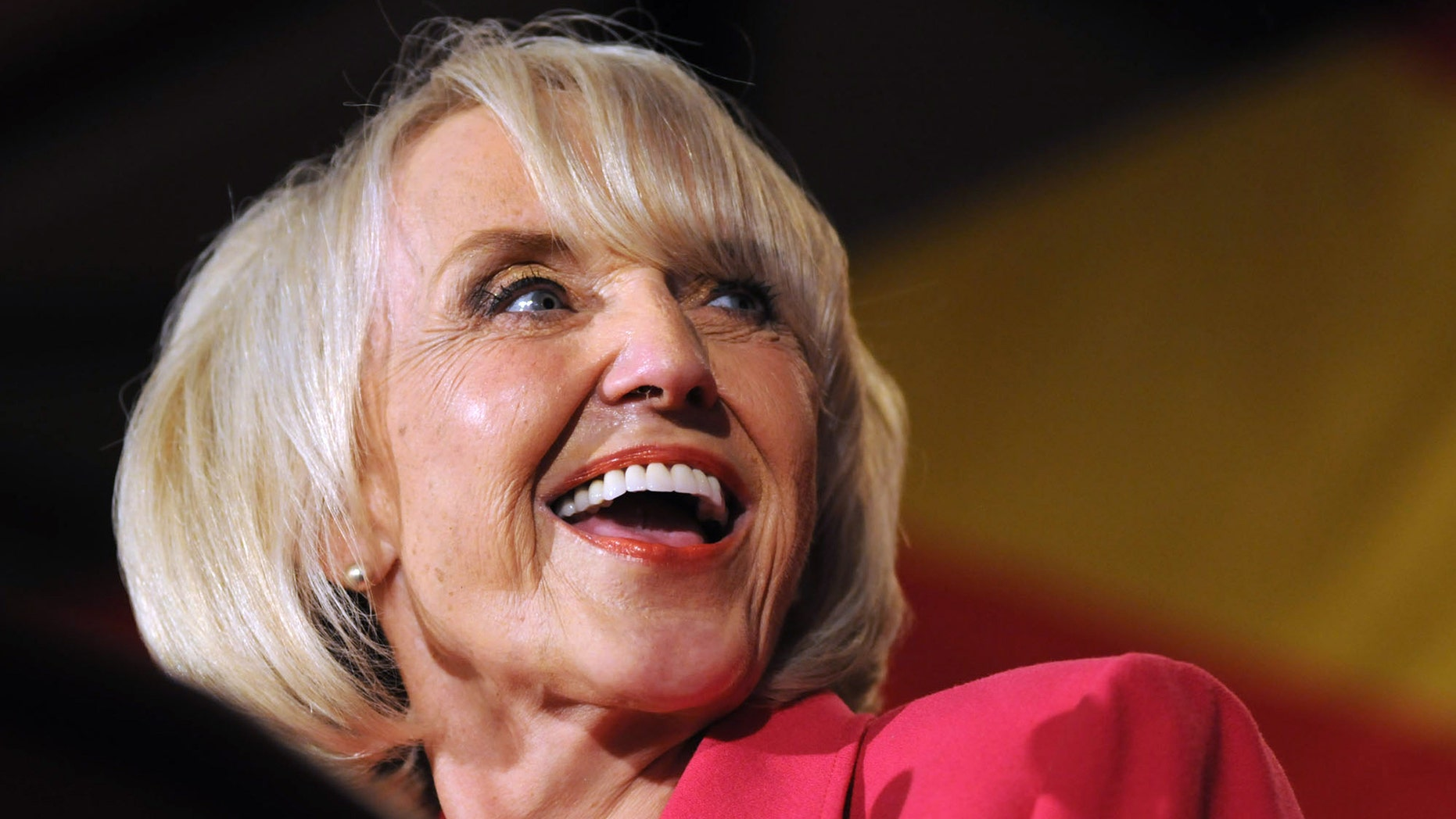 La gobernadora de Arizona Jan Brewer habla durante un evento del partido Republicano el 2 de noviembre del 2010 en Phoenix, Arizona. (Photo by Laura Segall/Getty Images)