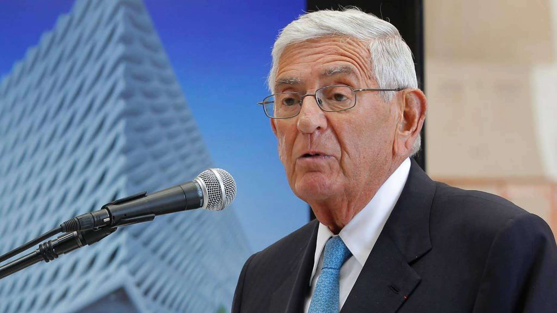 """FILE - In this Sept. 17, 2014 file photo, billionaire philanthropist Eli Broad speaks during a presentation of his half-completed museum, """"The Broad""""  in Los Angeles. A foundation started by Broad has suspended a national prize, Broad Prize for Urban Education, awarded annually to a top-performing urban school system. The $1 million prize was pulled amid concerns that the schools are failing to improve quickly enough. (AP Photo/Nick Ut,File)"""