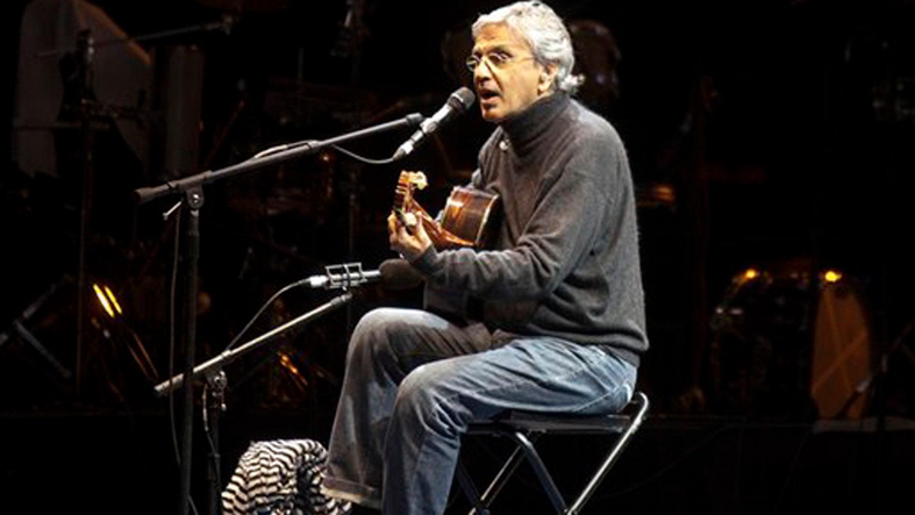 En esta imagen del 10 de febrero del 2010, el músico brasileño Caetano Veloso canta durante las celebraciones del 467o aniversario de Guadalajara, México. La Academia Latina de la Grabación anunció el martes 10 de julio del 2012 que ha seleccionado a Veloso como Persona del Año. (AP Foto/Bernanrdo de Niz, Archivo)