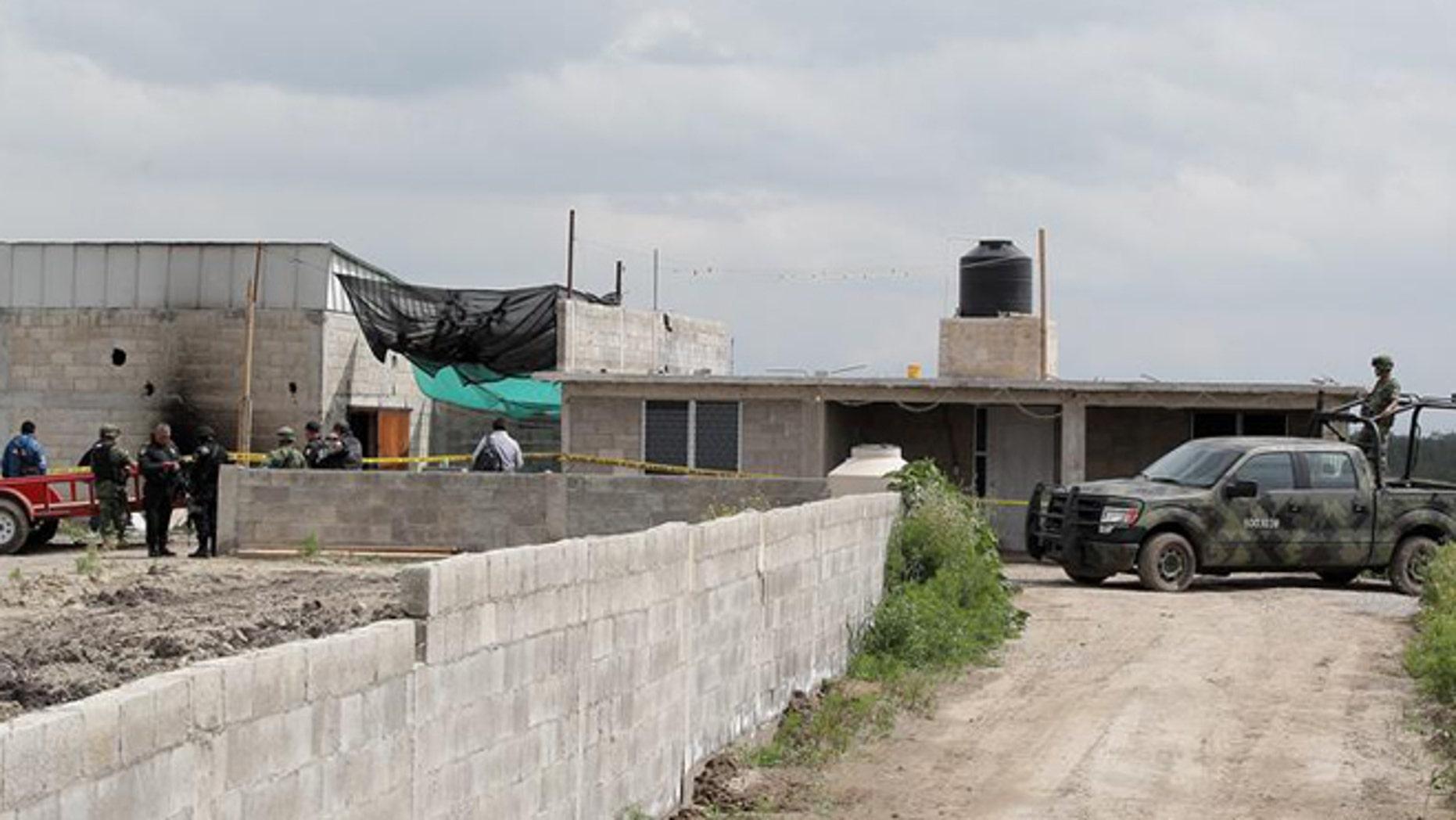 "Federal Police guard the house in Almoloya de Juárez, a city in central Mexico, used by Sinaloa drug cartel leader Joaquín ""El Chapo"" (Shorty) Guzmán to escape from the Altiplano prison via a tunnel on July 11. (Photo: EFE/File)"