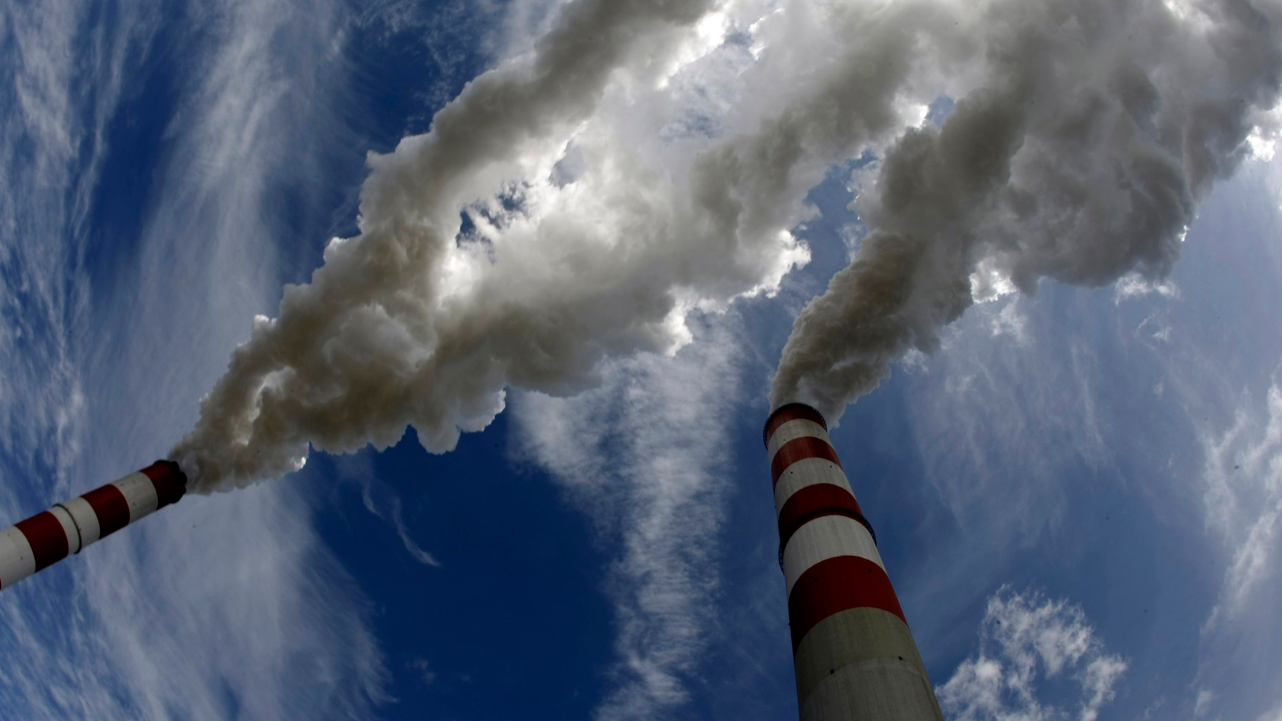 Smoke bellow from the chimneys of Belchatow Power Station, Europe's largest biggest coal-fired power plant, in this May 7, 2009 file photo. The lignite-fired power plant in Belchatow, European Union's biggest polluter, will need to buy up to 20 million tonnes of CO2 emission permits by 2013, its chief Jacek Kaczorowski told Reuters on August 21, 2009. The plant released the equivalent of nearly 31 million tonnes of carbon dioxide into the atmosphere last year, topping by 4 million tonnes its EU-set ceiling as part of the bloc's attempts to curb global warming. To match Interview POLAND-BELCHATOW/    REUTERS/Peter Andrews/Files  (POLAND POLITICS ENVIRONMENT ENERGY BUSINESS) - RTR26ZFI