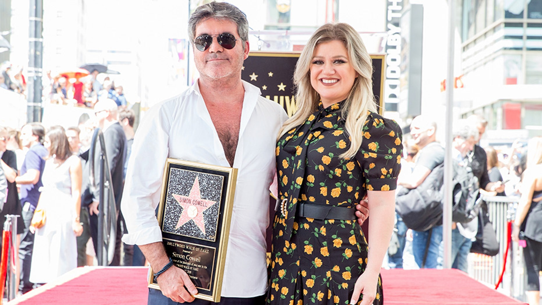 9614d2f5147 Kelly Clarkson reveals extreme weight loss at Simon Cowell s Hollywood Walk  of Fame ceremony