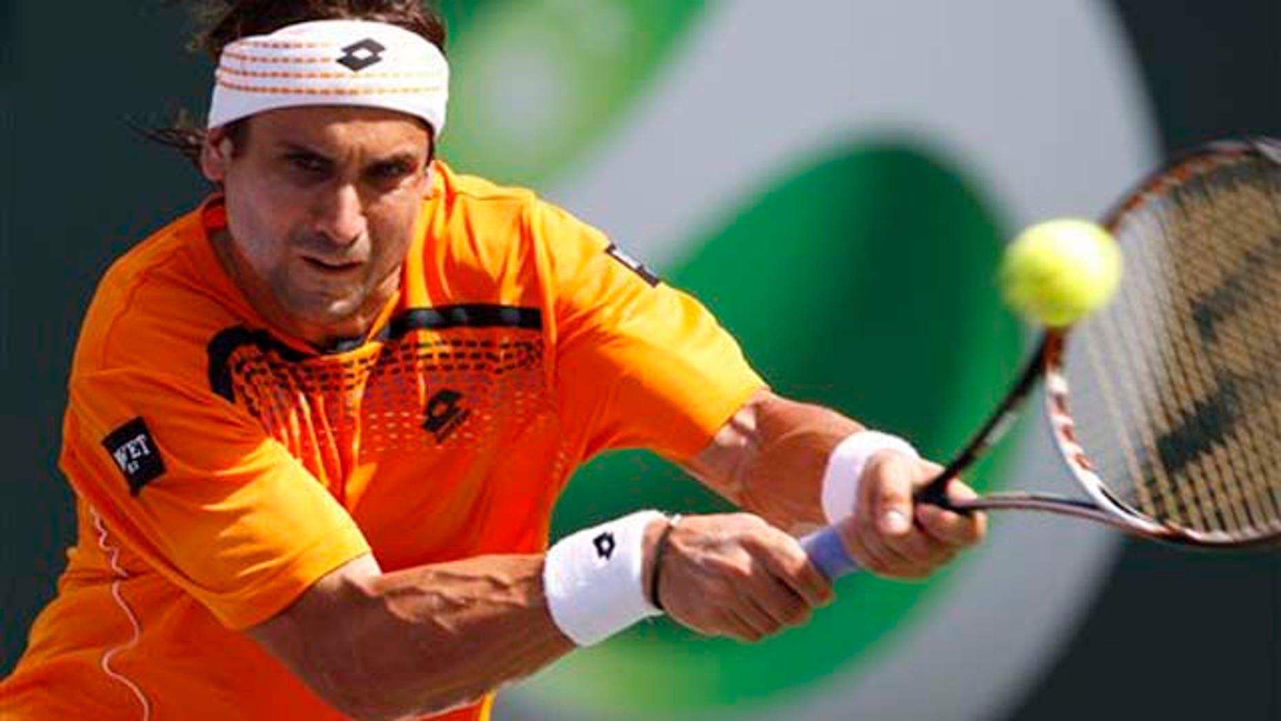El español David Ferrer devuelve una pelota al estadounidense Mardy Fish en el Masters de Miami en Cayo Vizcaíno, Florida, el miércoles 30 de marzo del 2011. (AP foto/Alan Diaz)