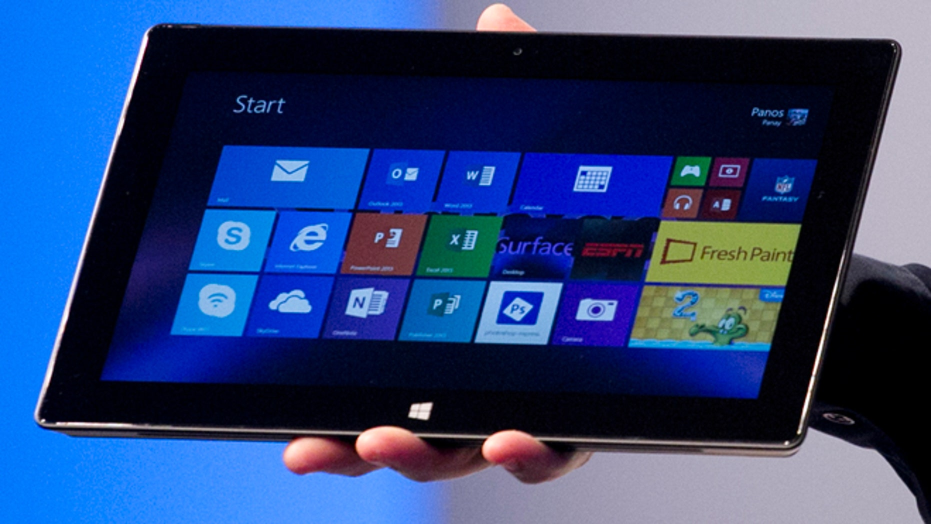 Delta Air Lines plans to buy 11,000 Microsoft Surface 2 tablets for its pilots to replace the heavy bundles of books and maps they haul around now.