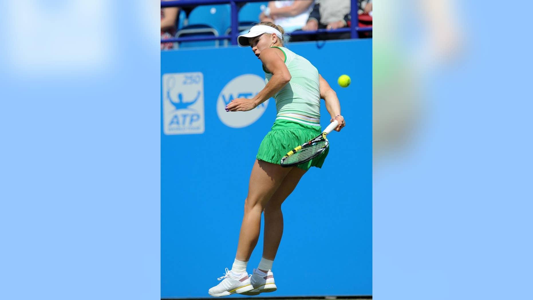 La danesa Caroline Wozniacki devuelve un disparo durante su partido de semifinales del torneo internacional de Eastbourne Park, Inglaterra, frente a la alemana Angelique Kerber, el viernes 20 de junio del 2014. Kerber ganó 3-6, 7-6 (3), 6-3 . (Foto AP/PA, Clive Gee)