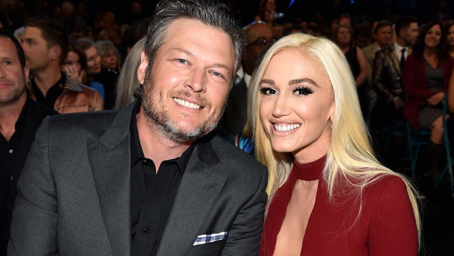 Blake Shelton brings girlfriend Gwen Stefani to the 2018 ACM Awards.