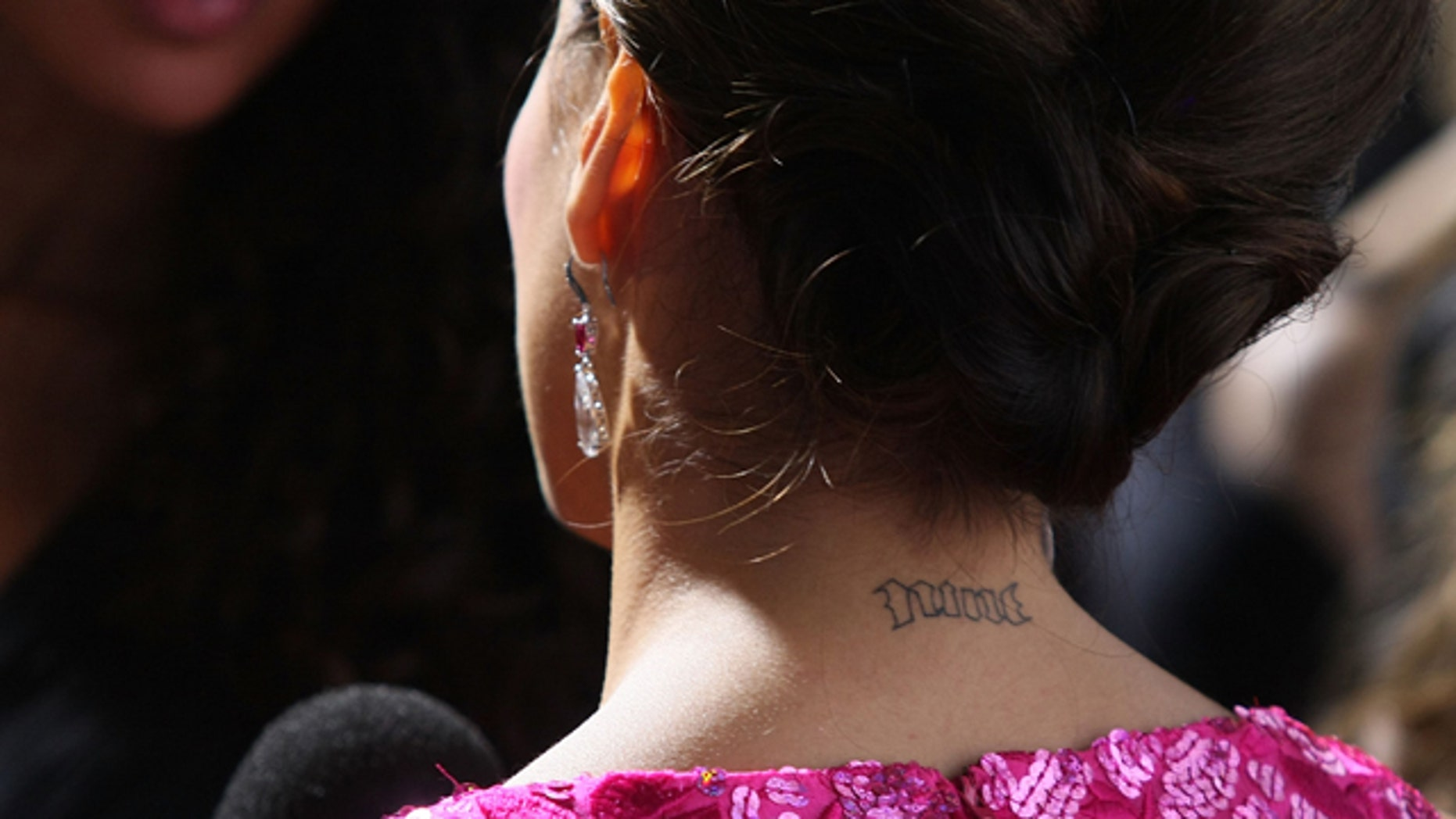 "LOS ANGELES, CA - NOVEMBER 07:  Actress Eva Longoria shows off her tattoo on her neck as she arrives at the L'Oreal Paris presents ""A Night of Hope"" to benefit The Ovarian Cancer Research Fund at the Murano on November 7, 2007 in Los Angeles, California.  (Photo by Noel Vasquez/Getty Images)"