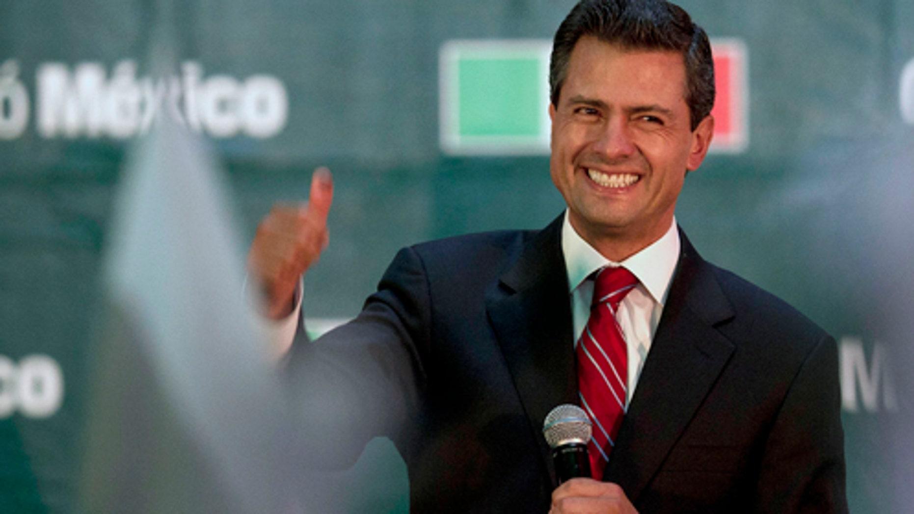 Enrique Peña Nieto, presidente electo de México, festeja su triunfo en las elecciones en la sede de su partido en la ciudad de México, el 1 de julio de 2012. (Foto AP/Dario Lopez-Mills)