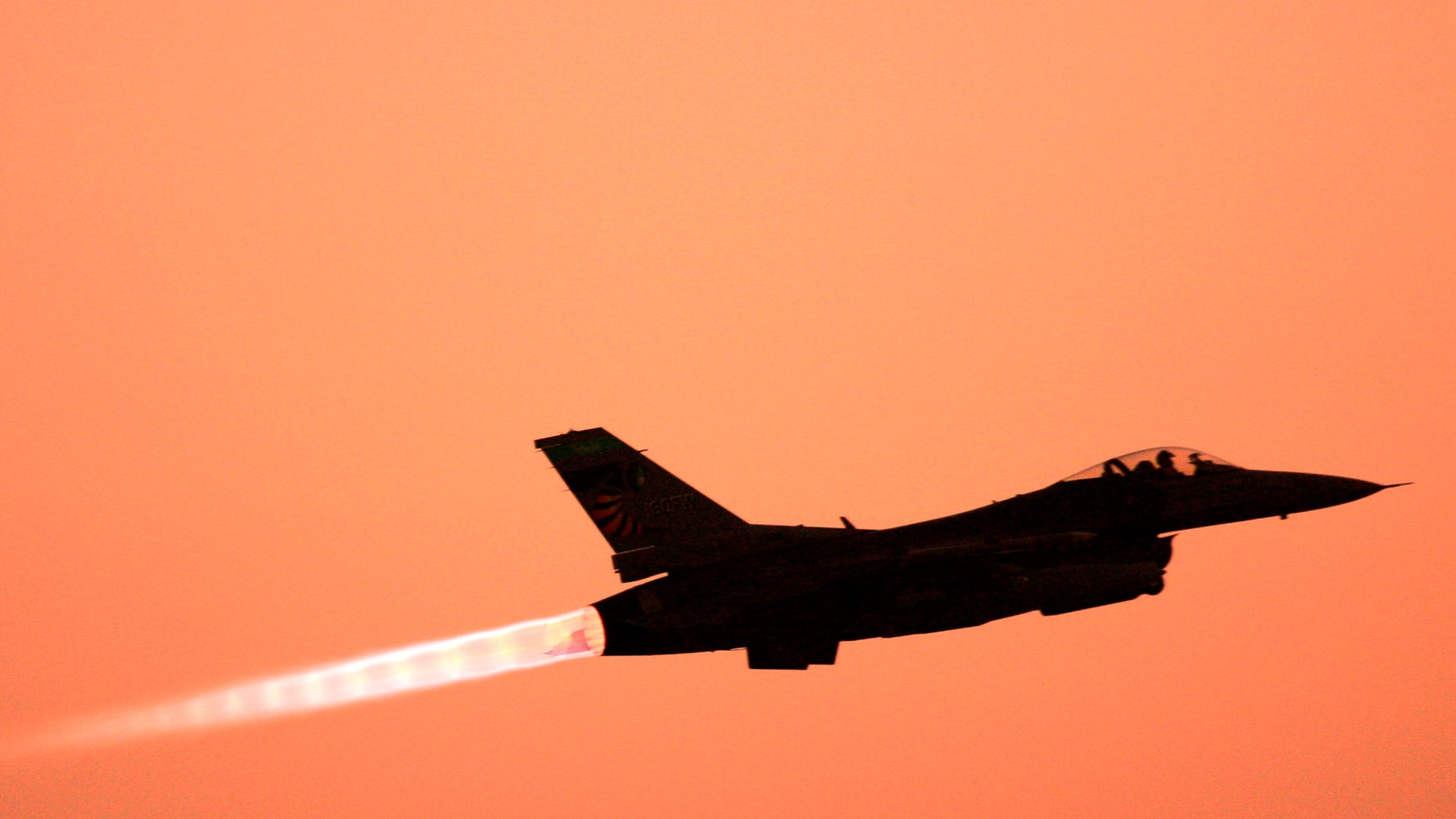 ** ADVANCE FOR SUNDAY, JULY 15 **An F-16 Falcon takes off from Balad Air Base, 50 miles north of Baghdad, Iraq Thursday, June 21, 2007.  (AP Photo/ Maya Alleruzzo)