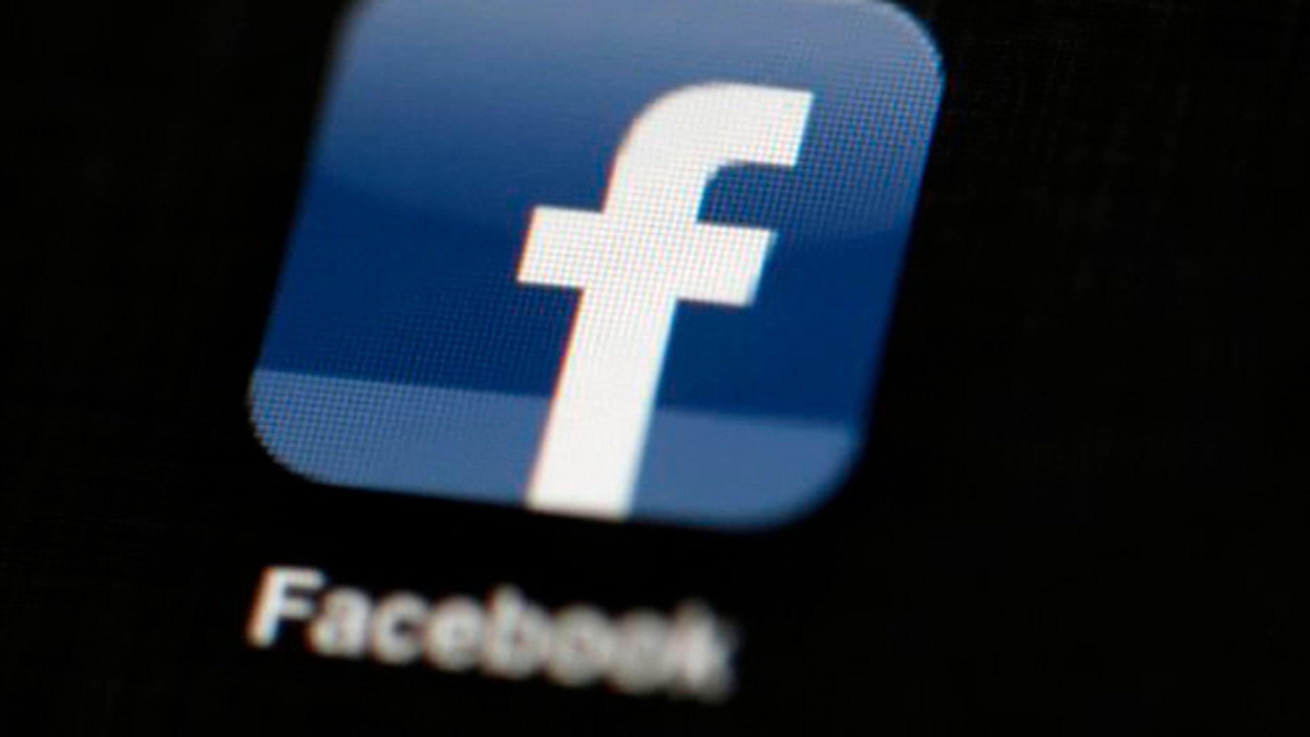 Fotografía de archivo del 16 de mayo de 2012 del logotipo de Facebook en una tableta en Filadelfia. (AP Foto/Matt Rourke, Archivo)