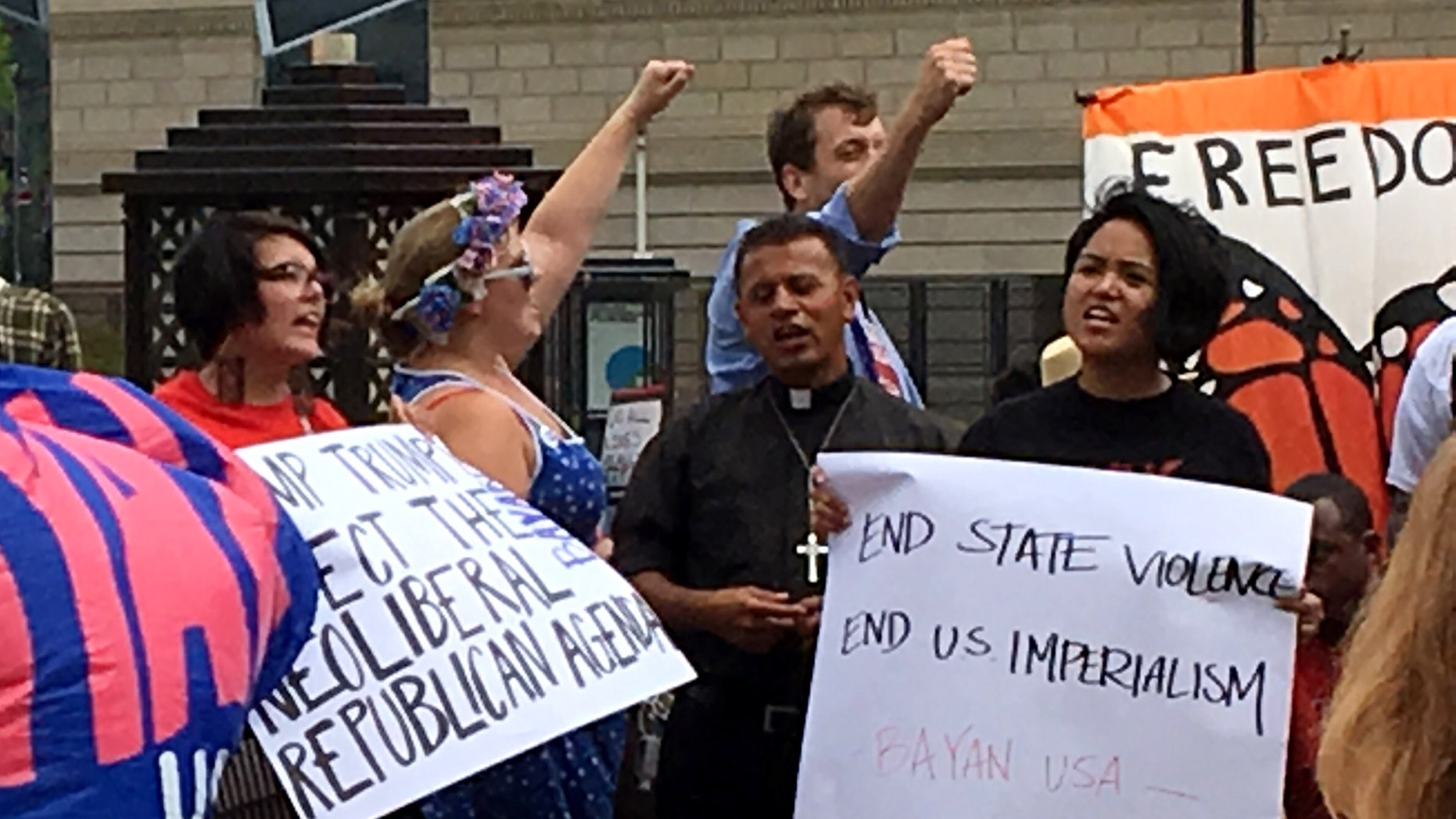 The Rev. Jose Landaverde (center) at a rally in downtown Cleveland on Monday. (Photo: Andrew O'Reilly/Fox News Latino)