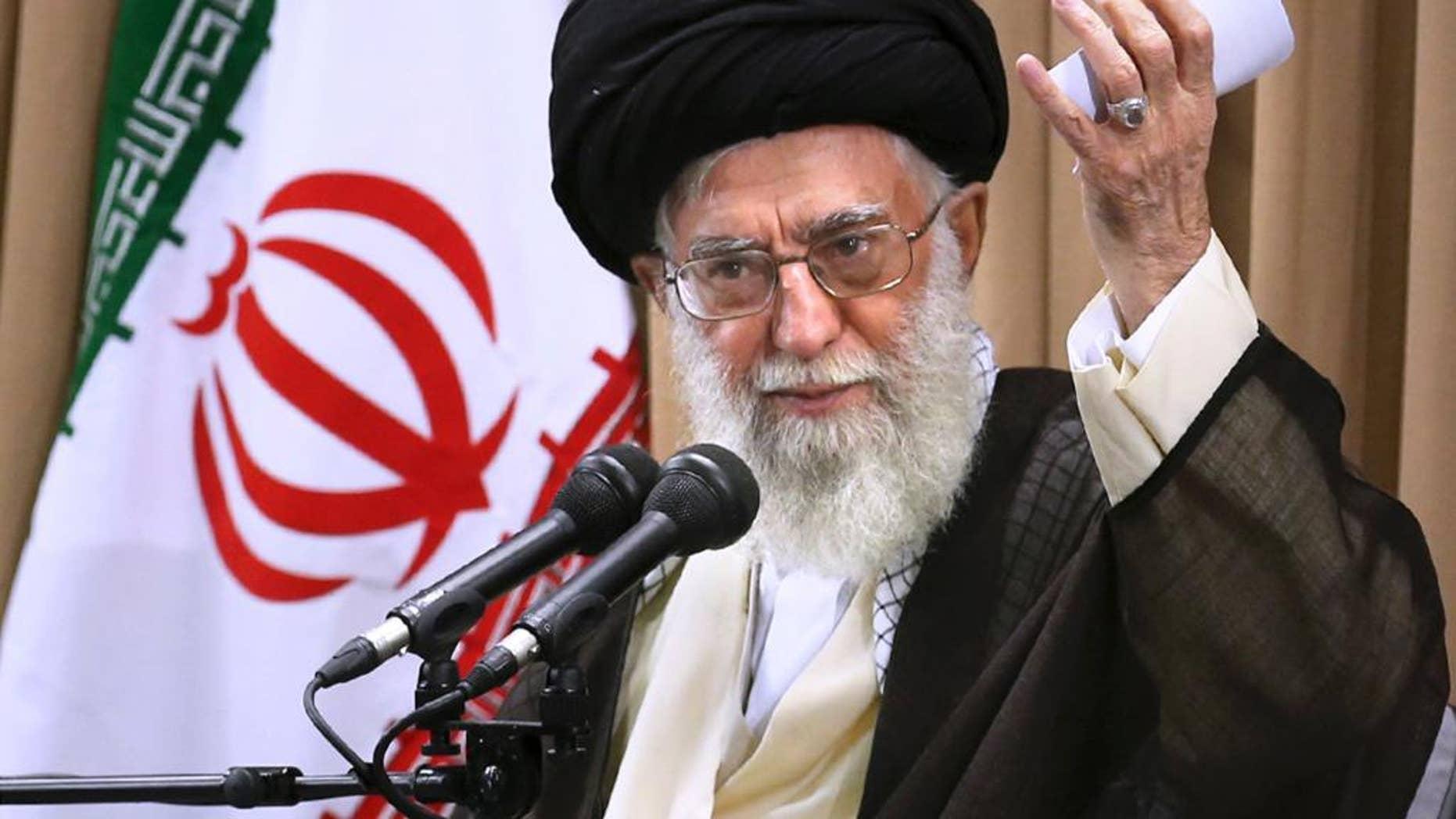 En esta foto difundida por un cibersitio oficial se ve al líder supremo iraní el 23 de junio del 2015 hablando a altos funcionaarios bajo un retrato del fundador de la revolución iraní ayatola Ruhola Jomeini. (Oficina del Líder Supremo Iraní, vía AP)
